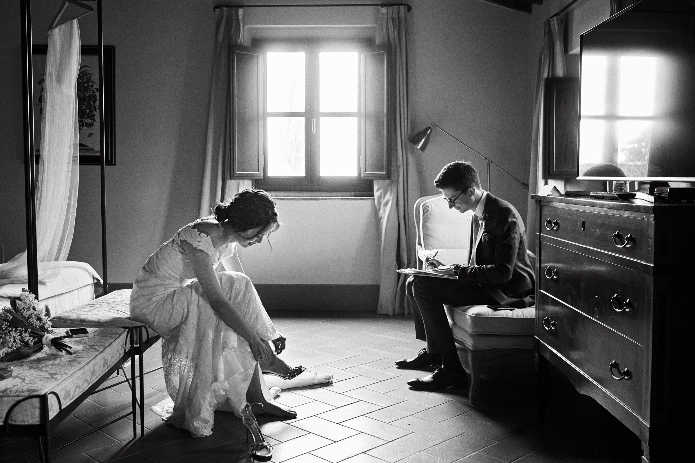 Seated bride and groom getting ready separately - photo by Andrea Bagnasco Fotografie