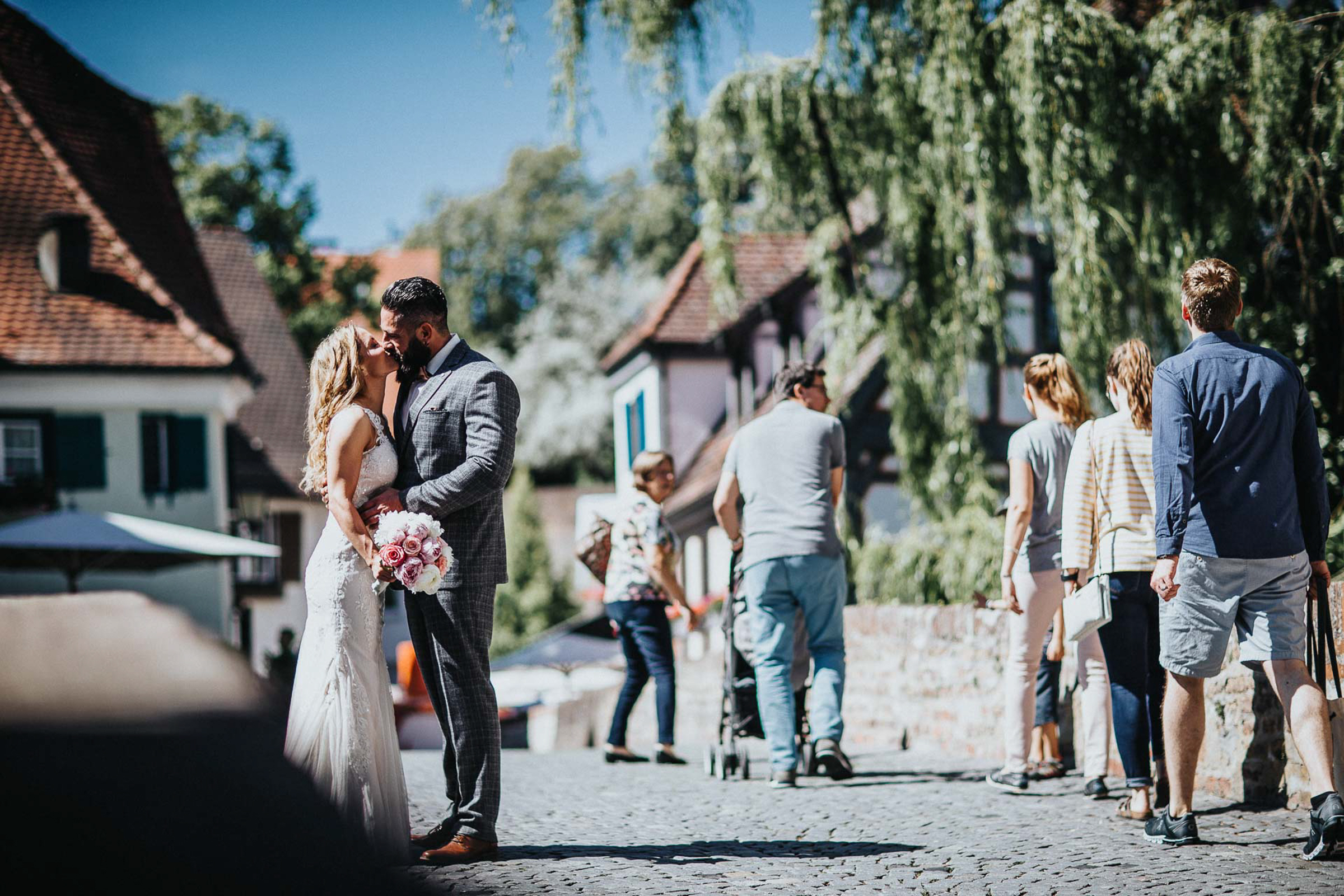 bride and groom kissing in the streets- photo by FineArt Weddings | Photography