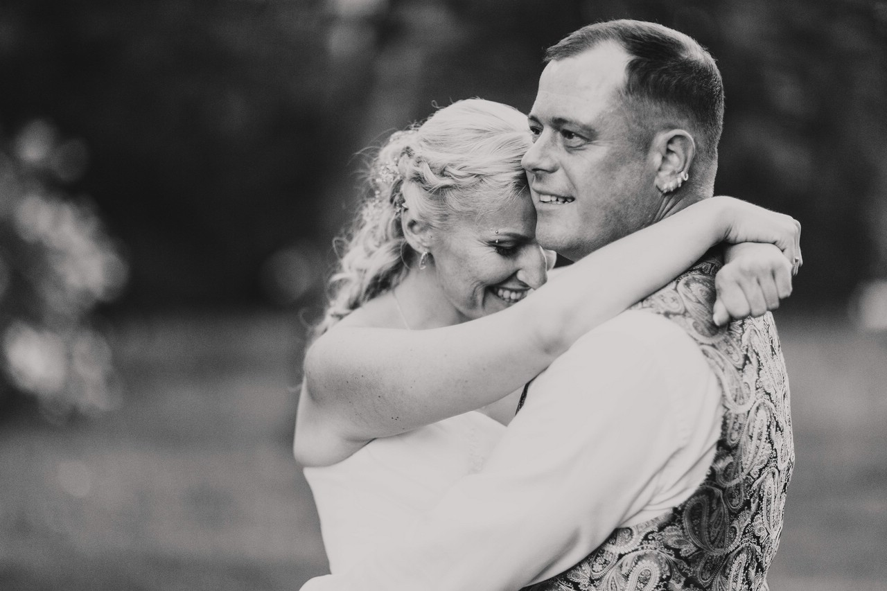 Couple embrace - photo by FineArt Weddings | Photography