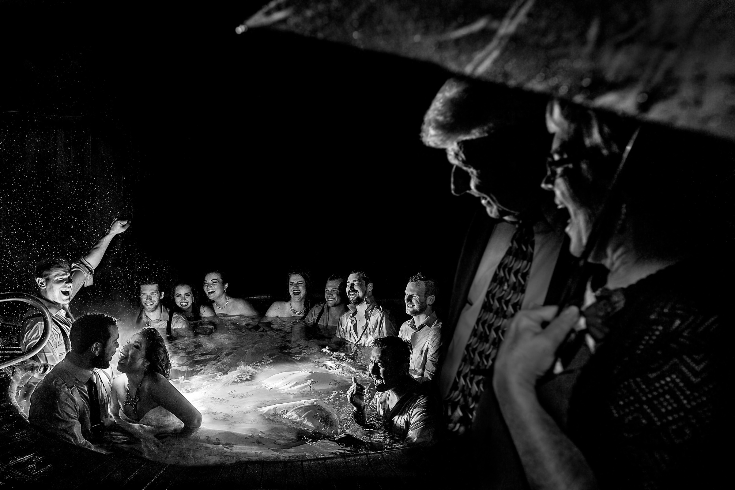 50 best wedding photo concepts - hot tub party by Jos & Tree