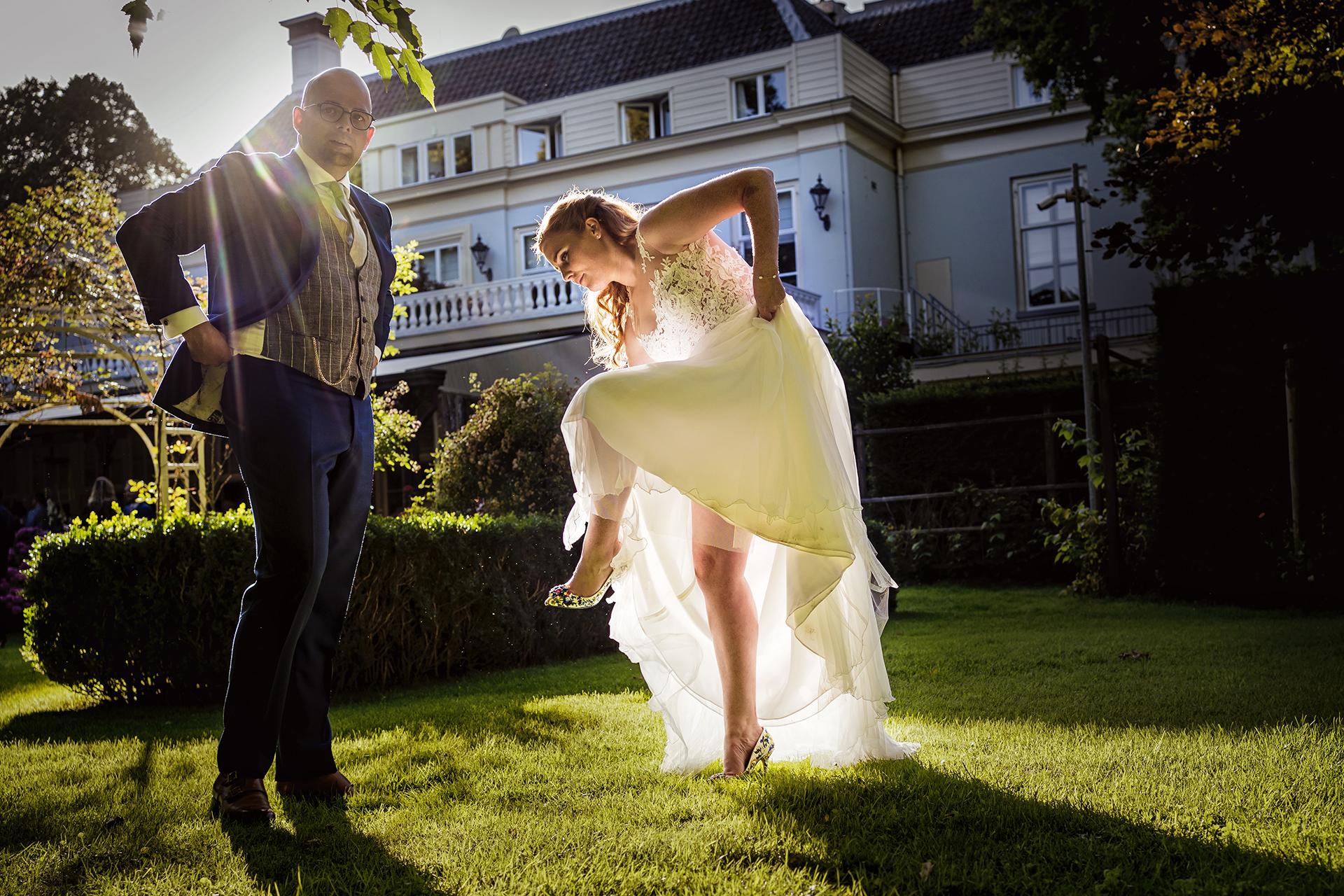 Bride adjusting her shoe - photo by Studio Damon Photography