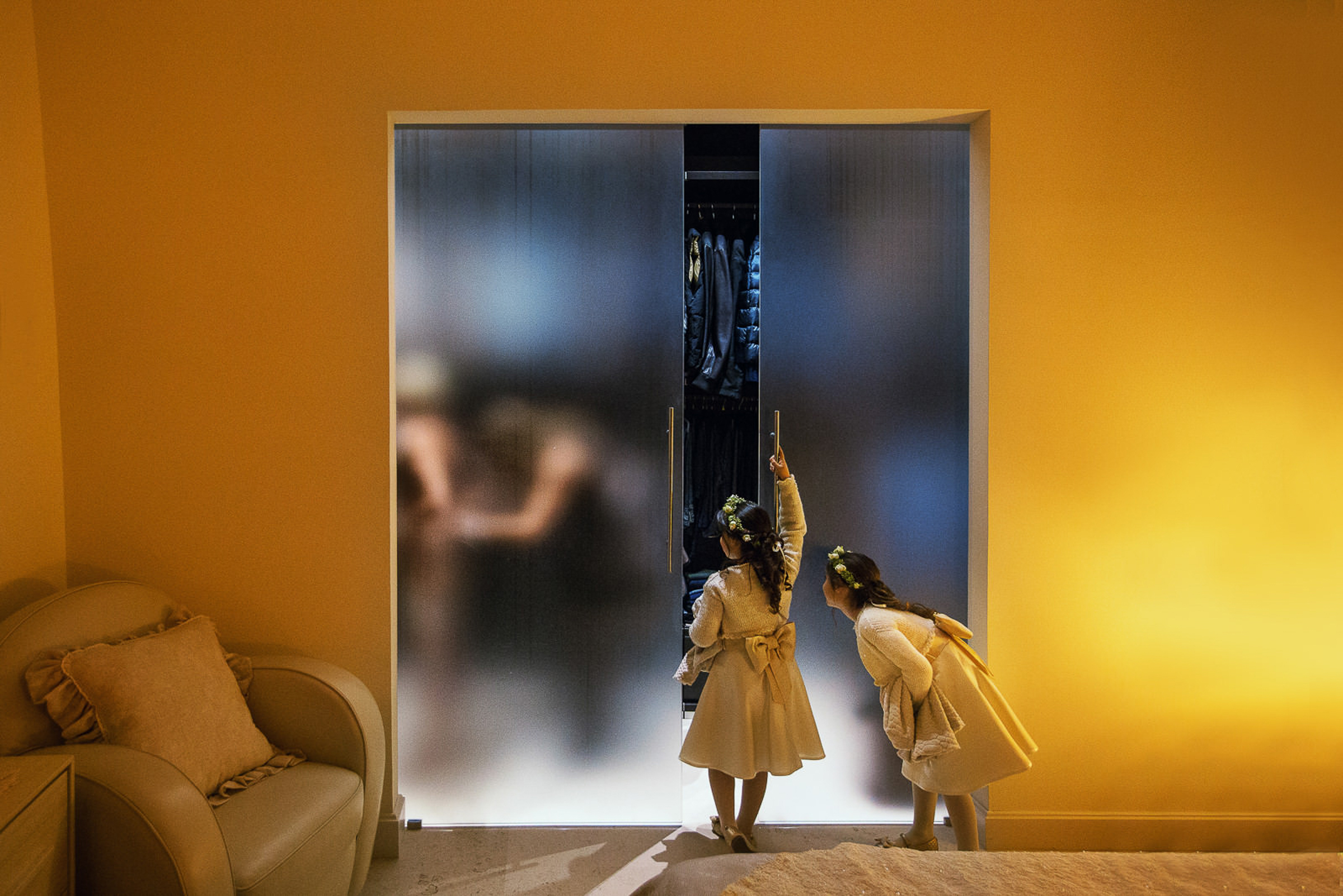 Photo of little girls watch bride getting ready by Rino Cordella in Puglia Italy