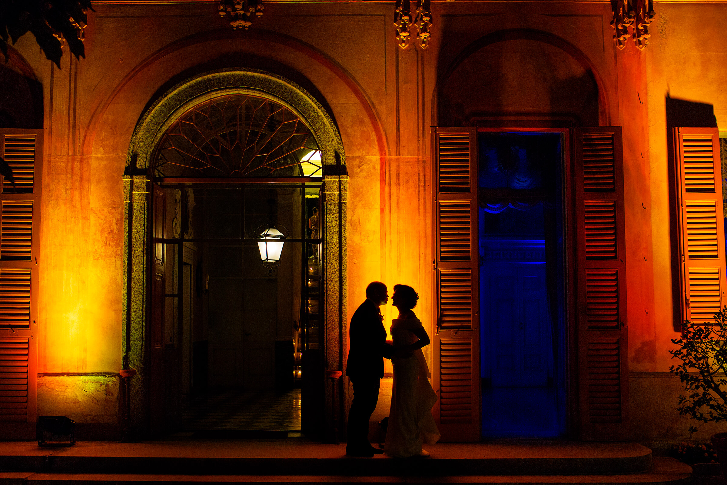 Face to face couple silhouette in Sicily against colorful building at night - photo by Nino Lombardo Photographer