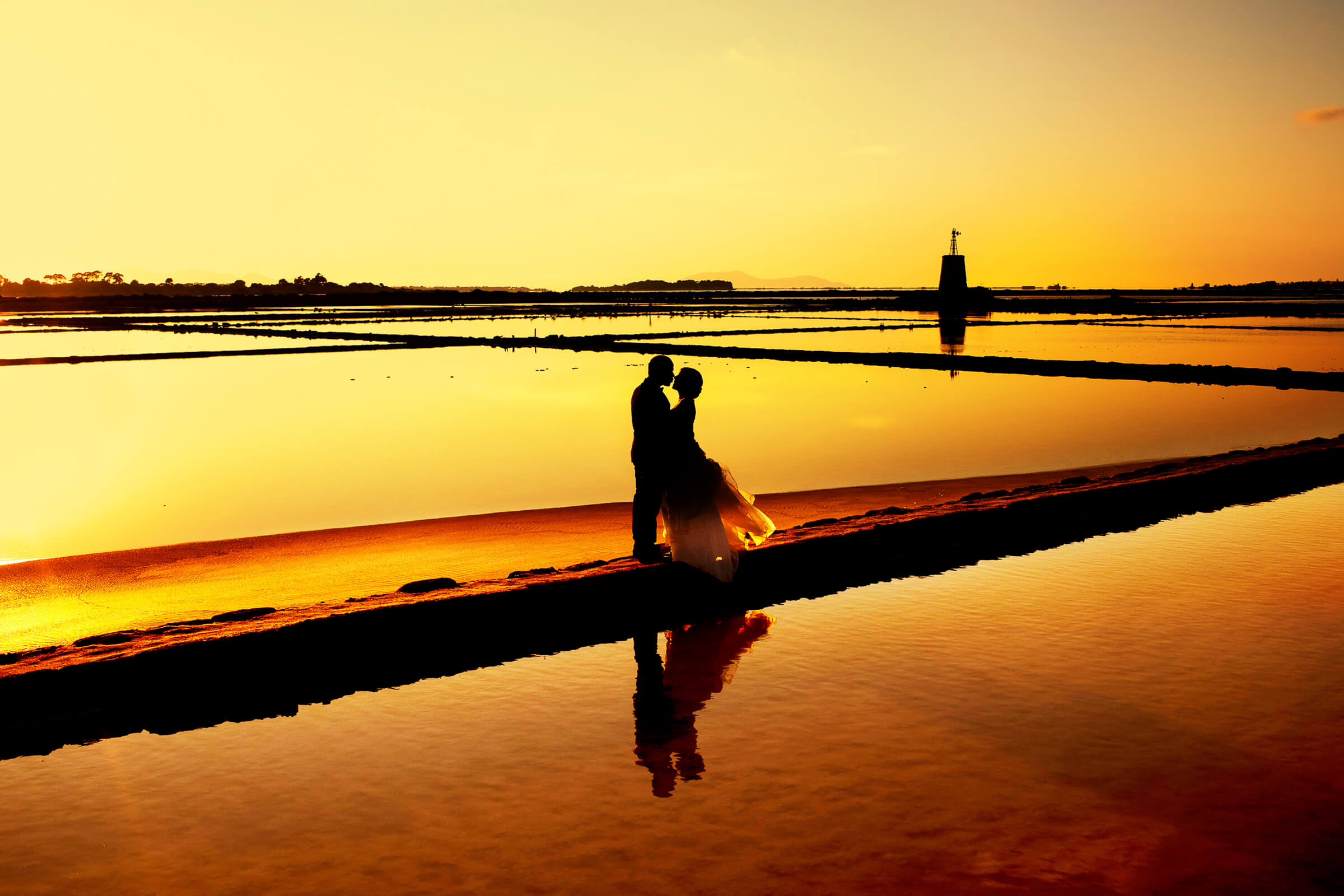 Sunset against the sea silhouette couple portrait in Sicily - photo by Nino Lombardo Photographer