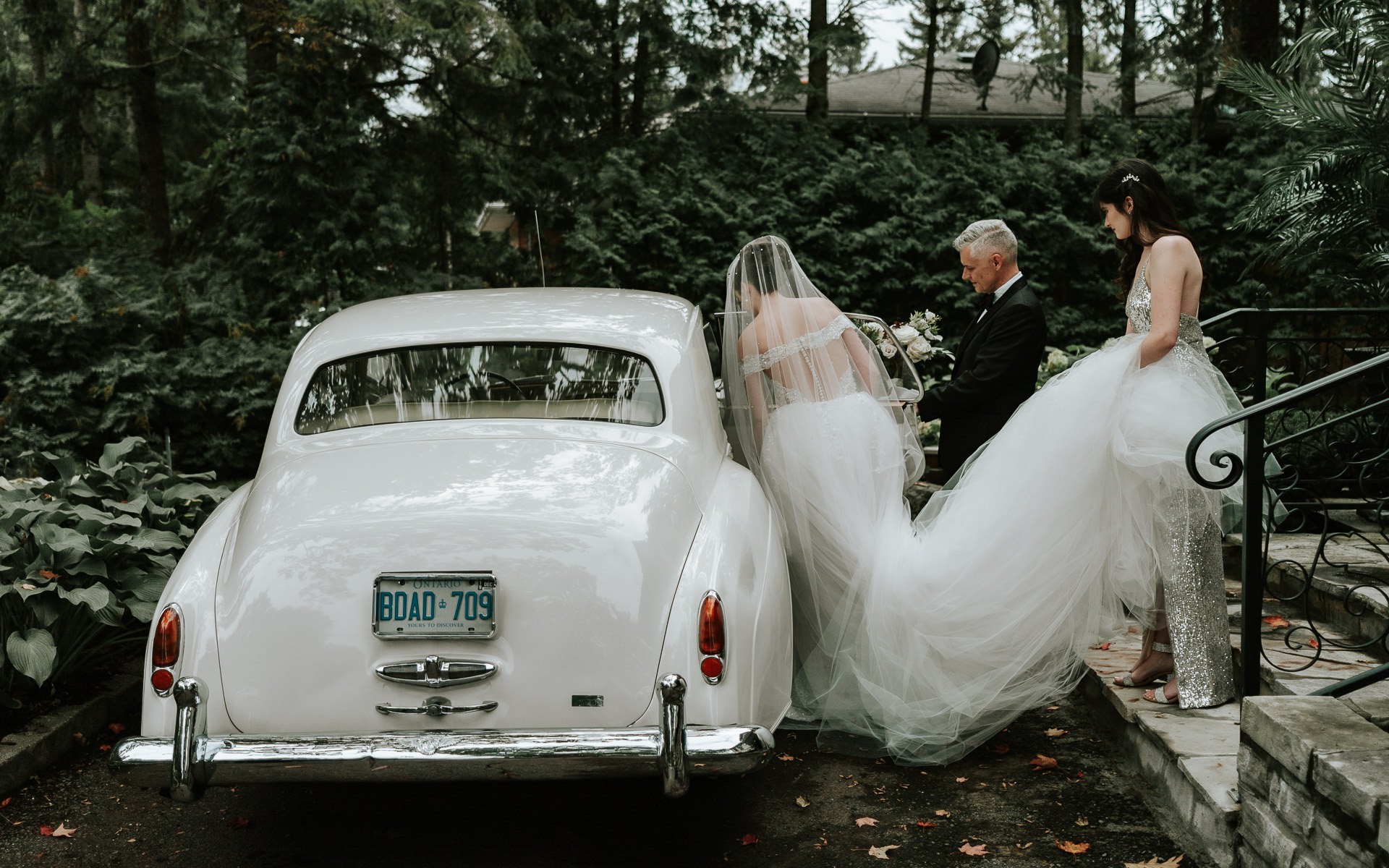 Bride approaching antique Rolls Royce - photo by Joel and Justyna