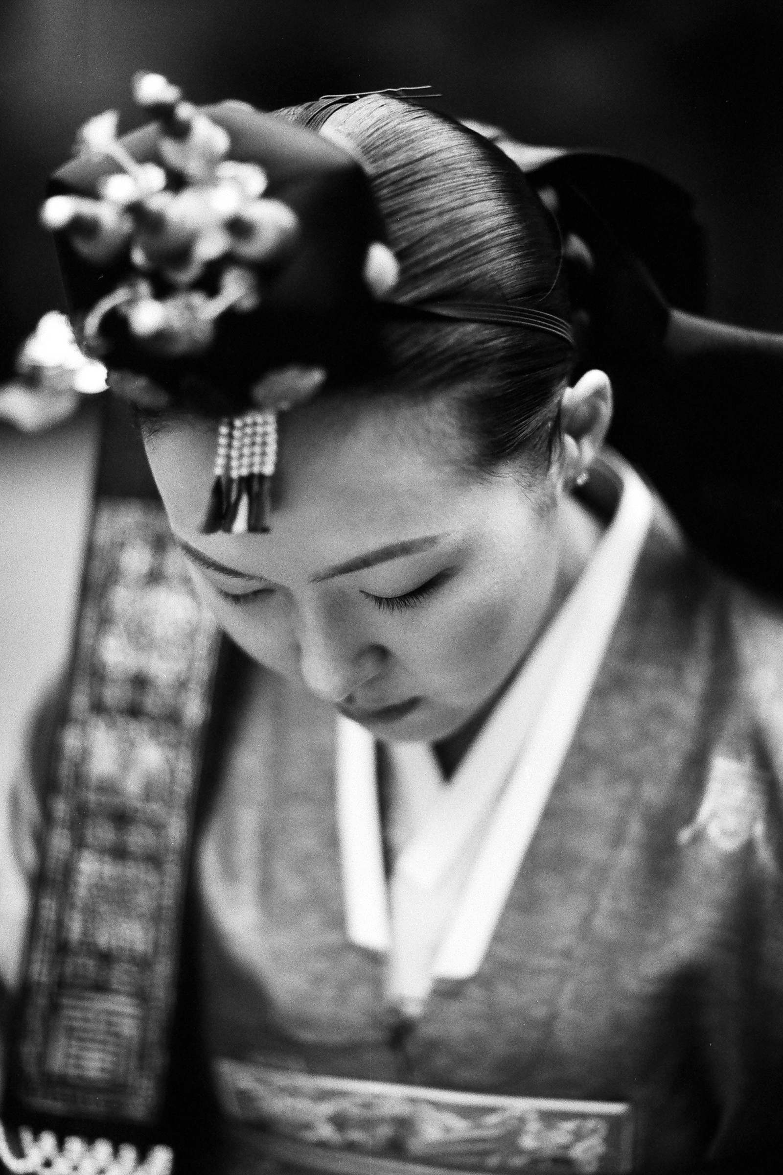 Traditional Japanese bride head bowed - photo by Bradley Hanson Photography