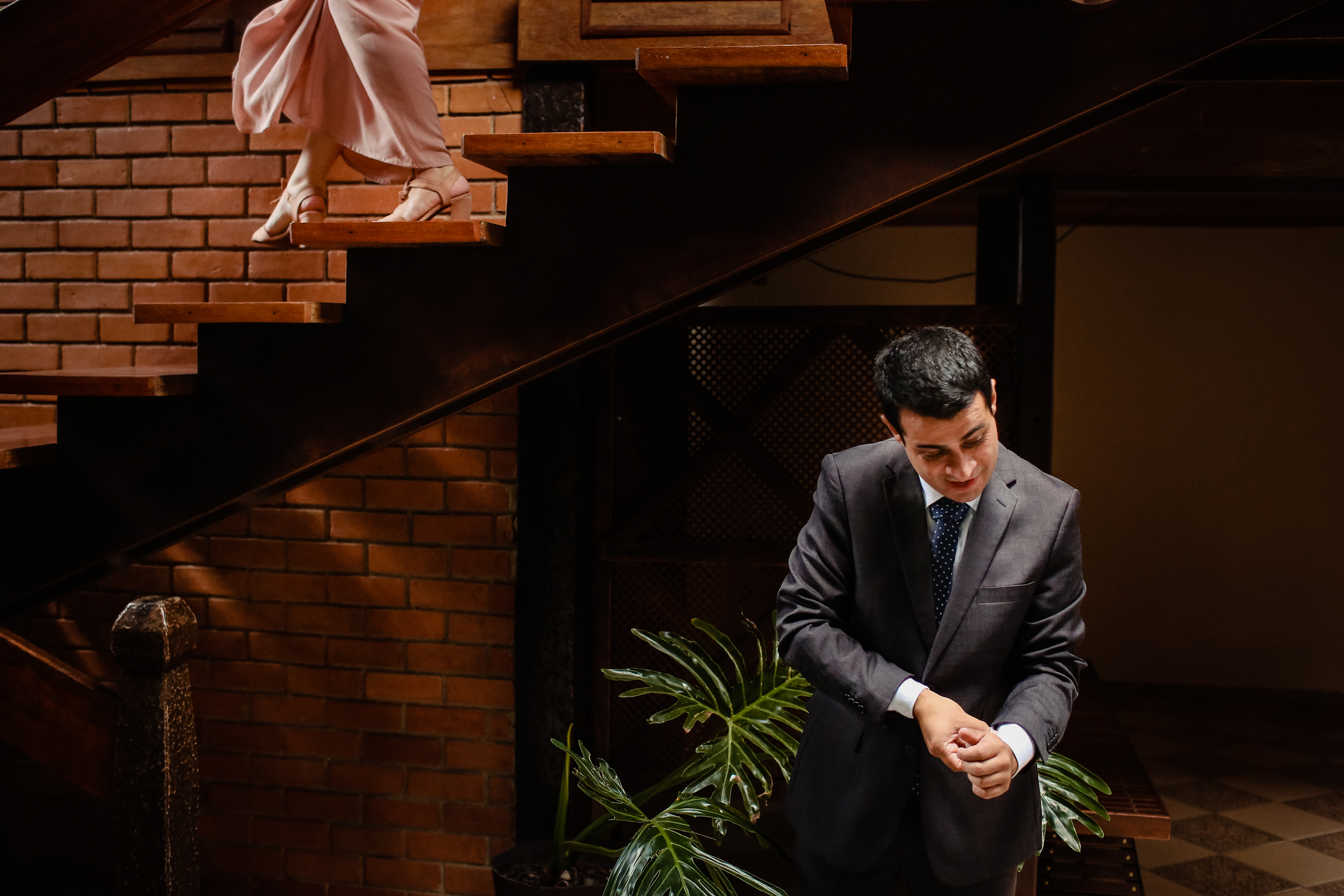 Bride descends staircase to waiting groom - photo by Área da Fotografia
