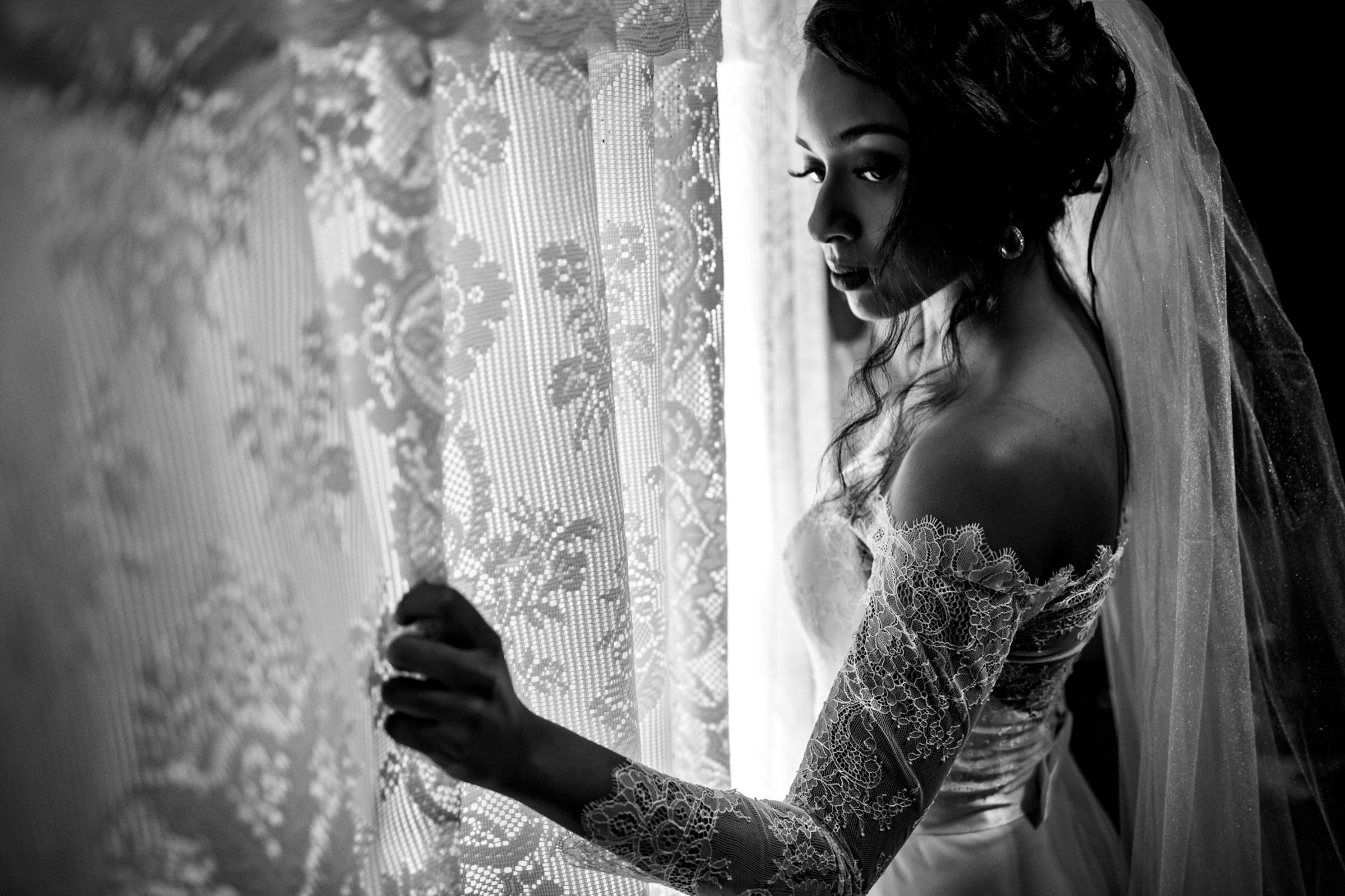 Bride portrait at curtained window - photo by Área da Fotografia