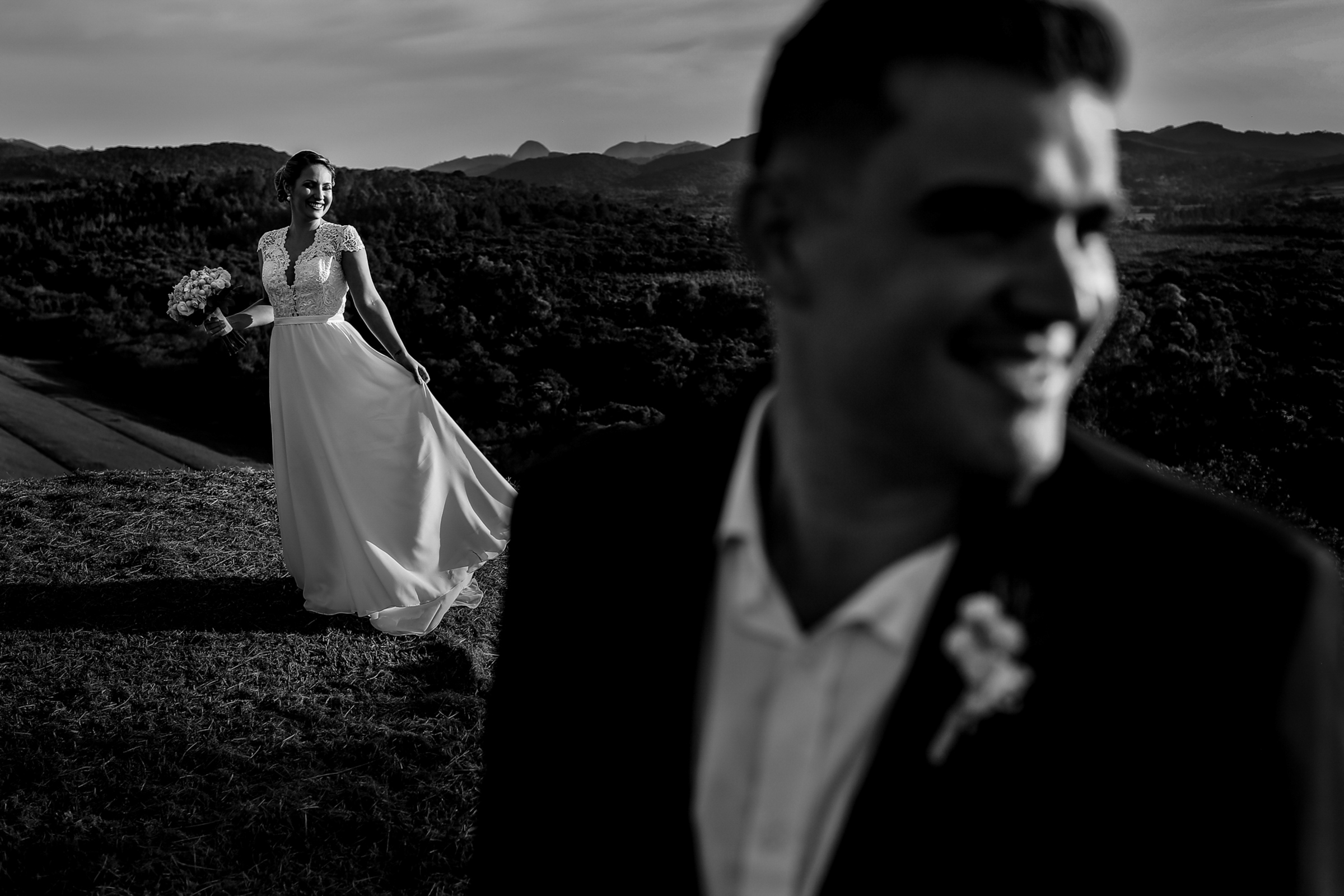 Bride shines in the background - photo by Área da Fotografia