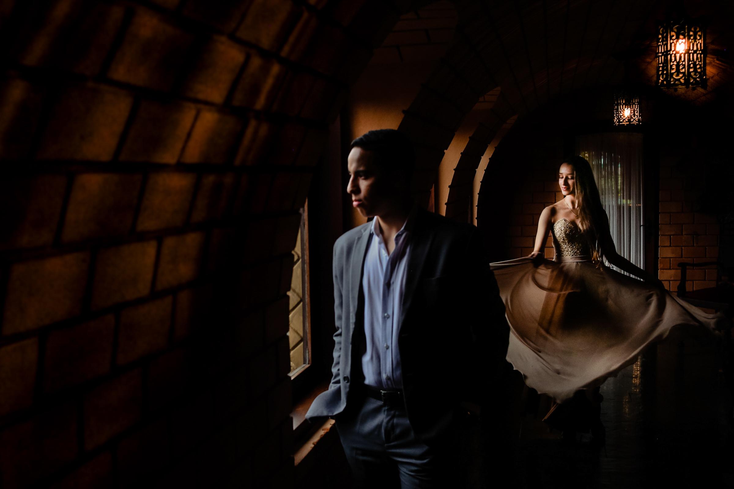 Couple in dark hall - photo by Área da Fotografia