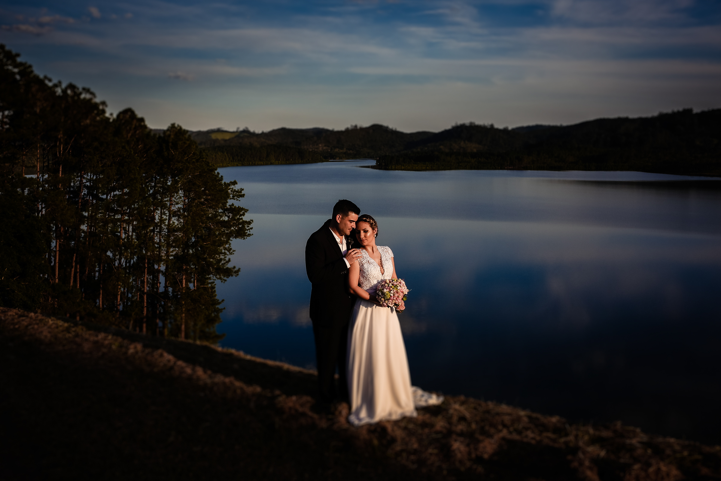 Couple portrait at waters edge with clouds reflected - photo by Área da Fotografia
