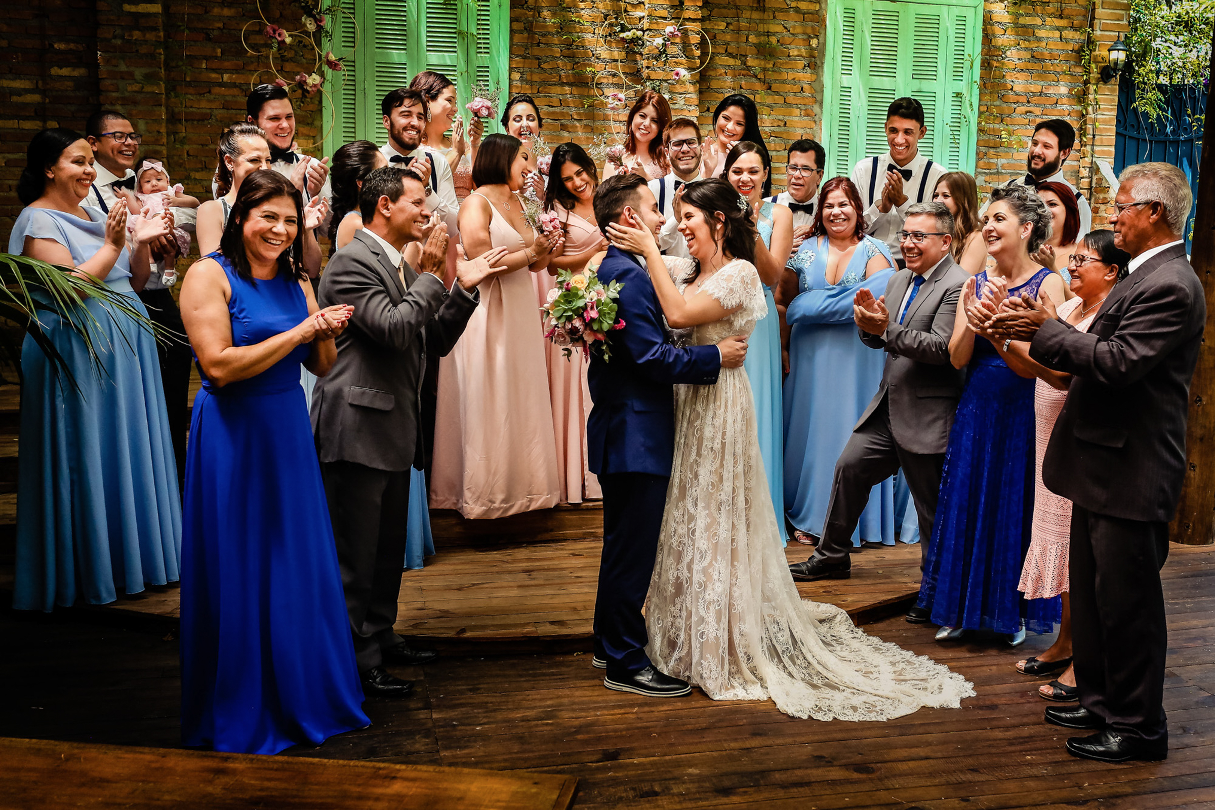 Couple surrounded by family and guests - photo by Área da Fotografia - Portugal photographer
