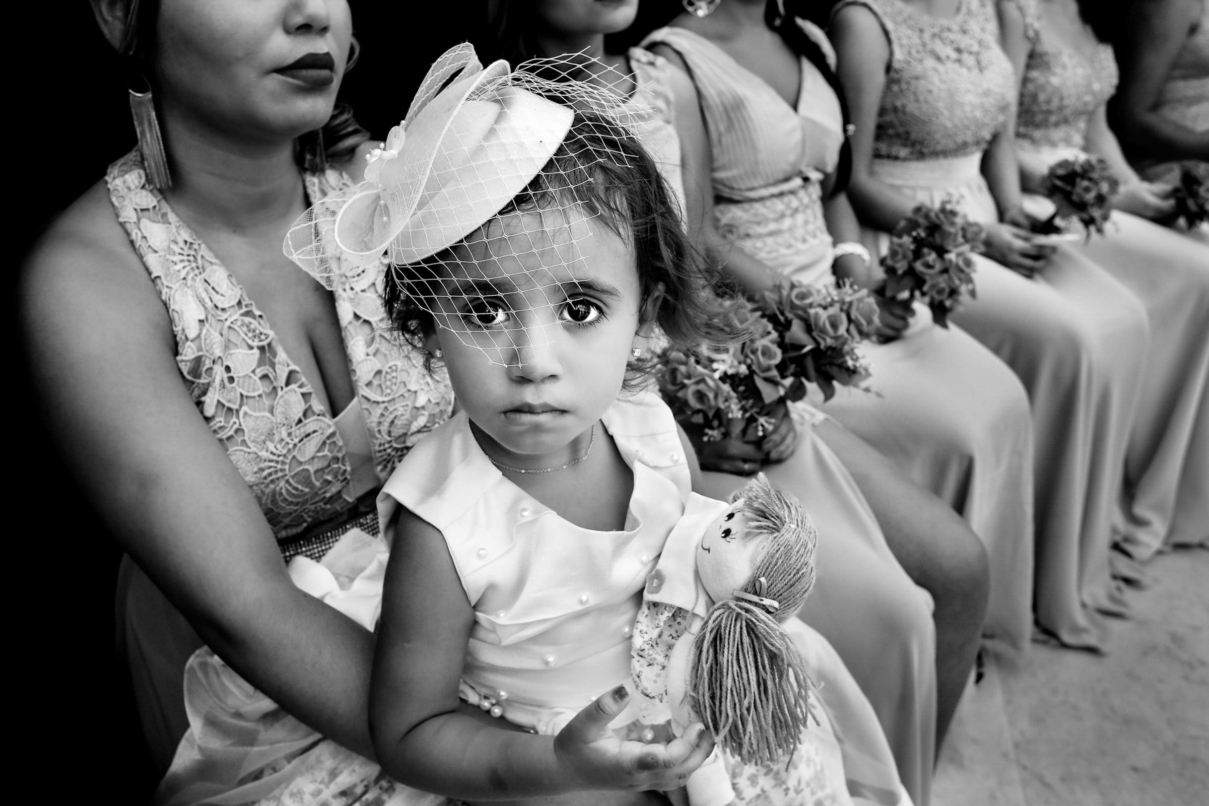 Little girl in birdcage veil - photo by Área da Fotografia - Portugal photographer