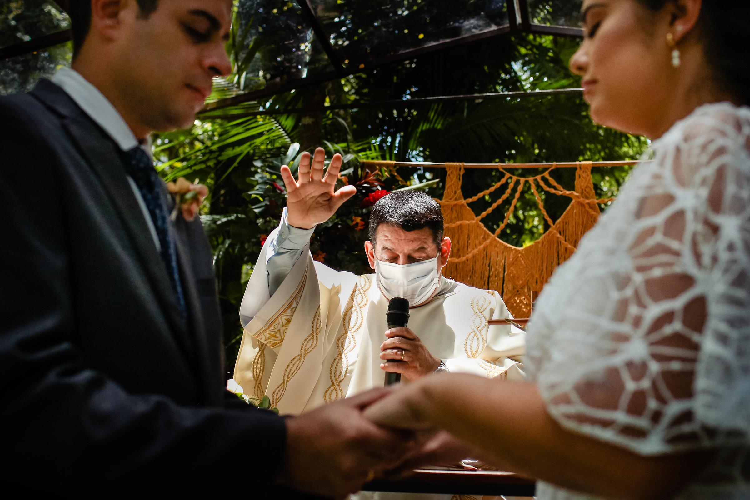 Solemn ceremony moment with officiant - photo by Área da Fotografia