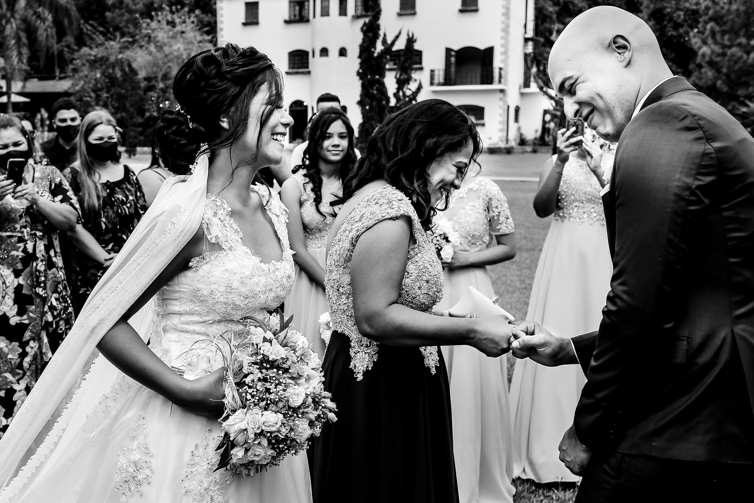 Groom gets fist bump from his mom while smiling bride looks on  - photo by Área da Fotografia - Brazil