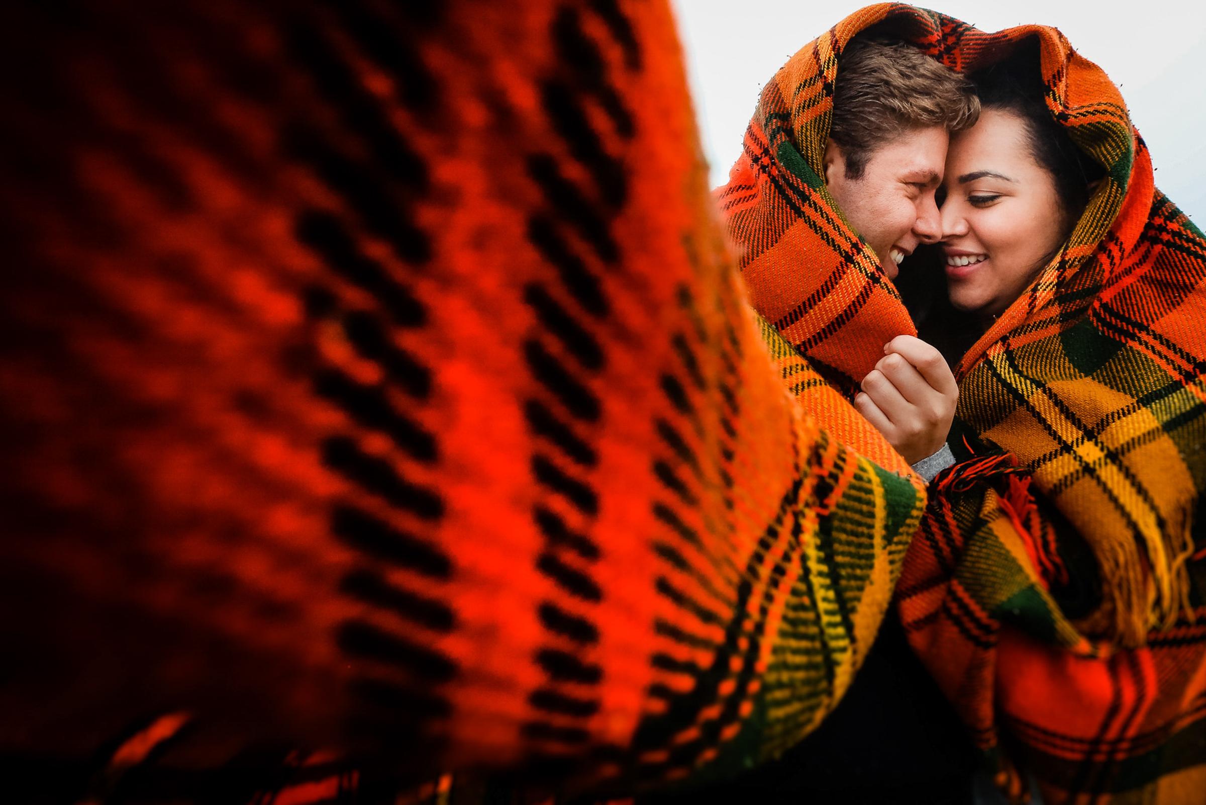 Couple wrapped in red flannel - photo by Área da Fotografia
