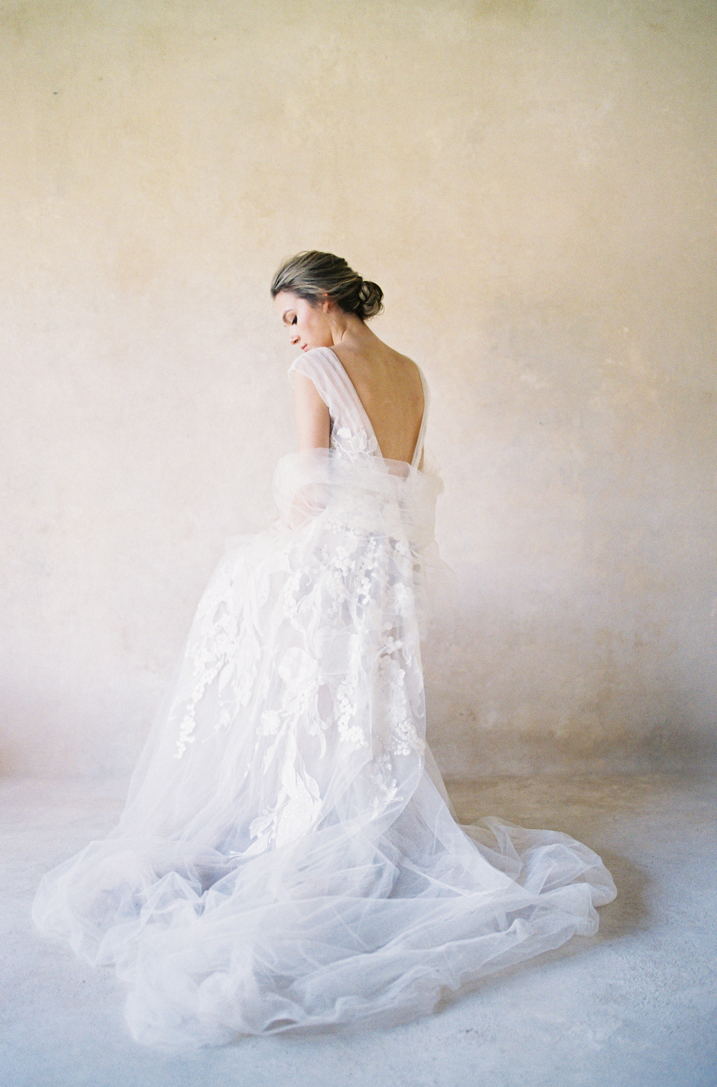 50 best wedding portraits of the decade - Bridal portrait in backless gown - photo by Jen Huang