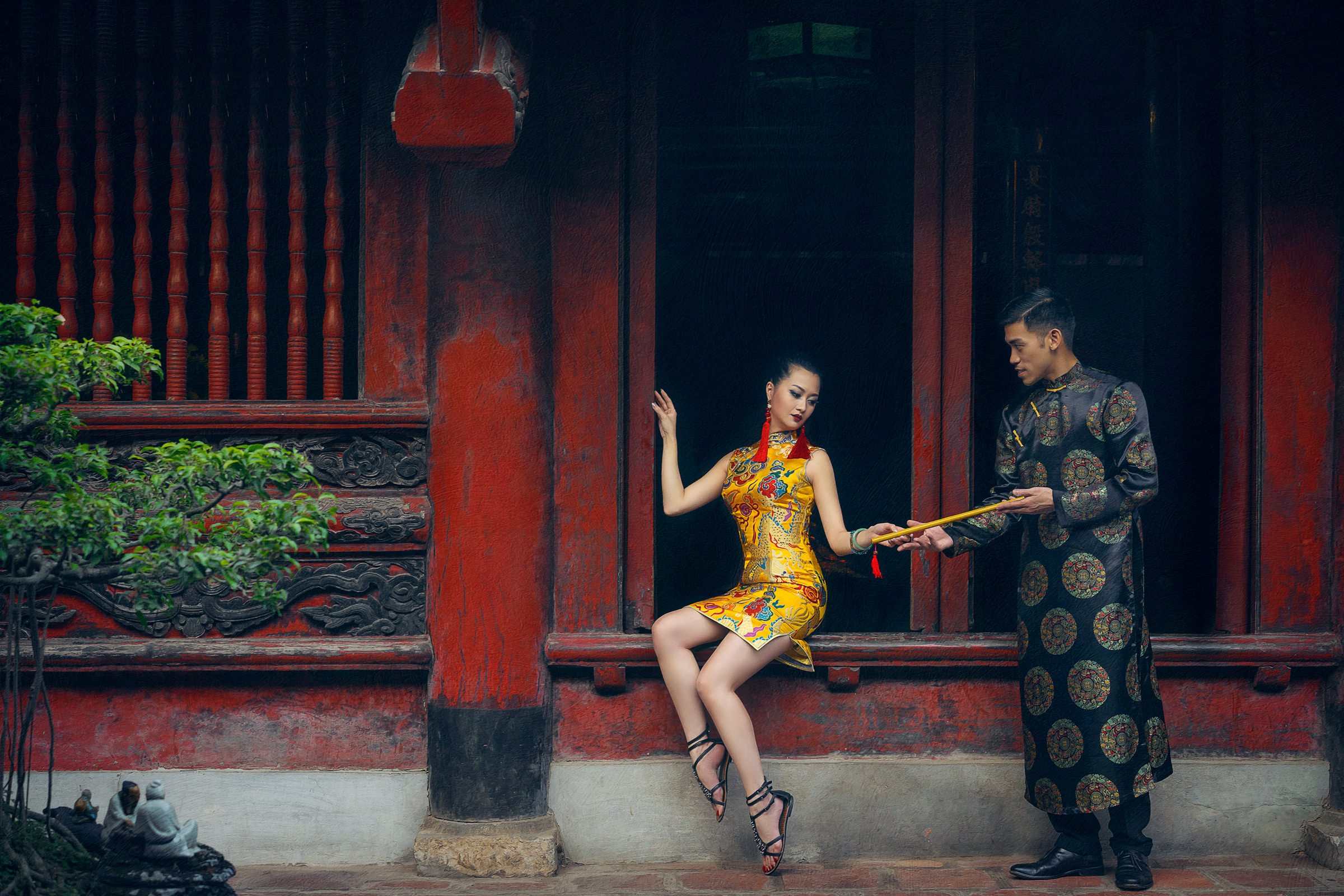 Chinese couple in front of temple - photo by Zabrina Deng Photography