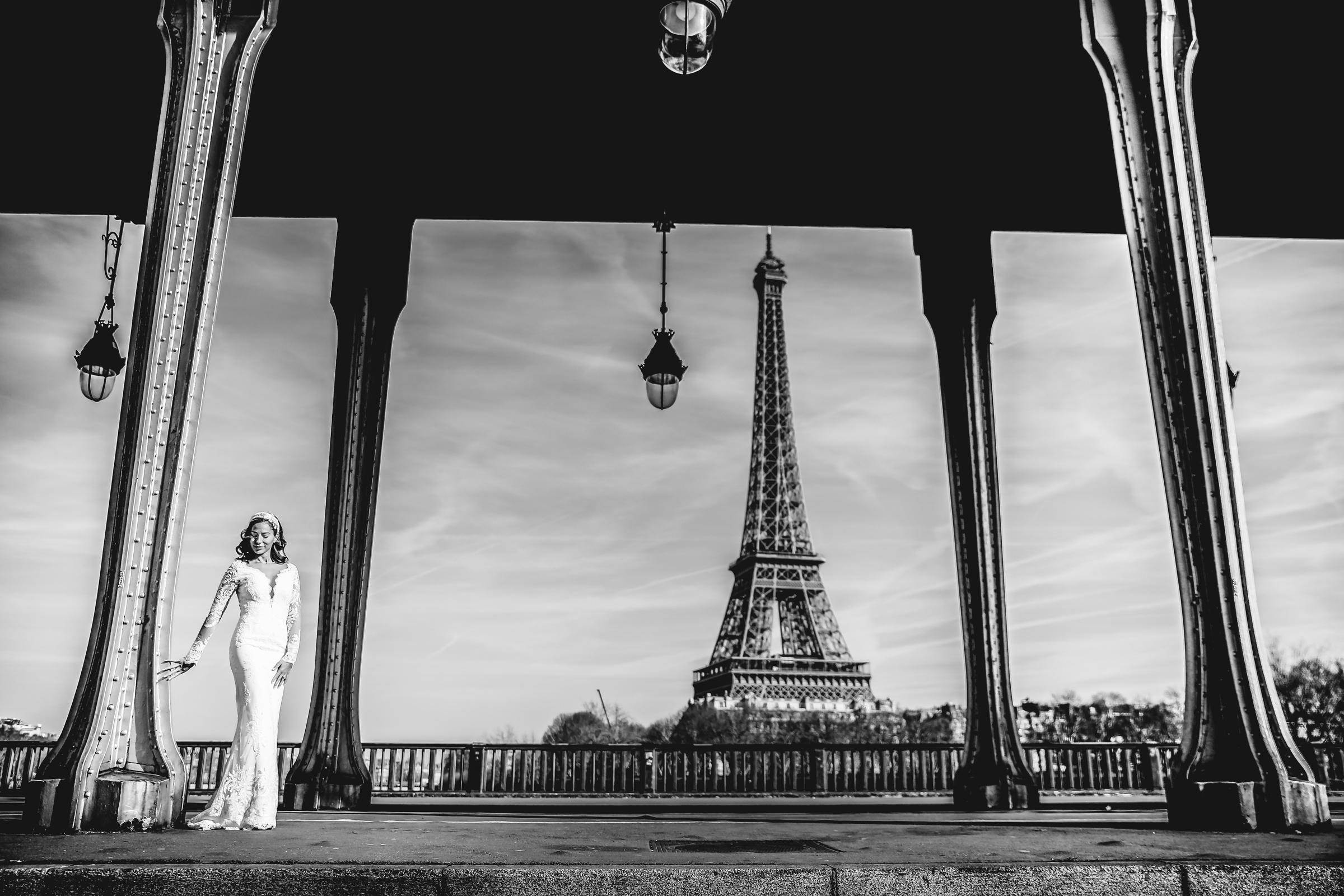 Bride against eiffel tower - photo by Julien Laurent-Georges