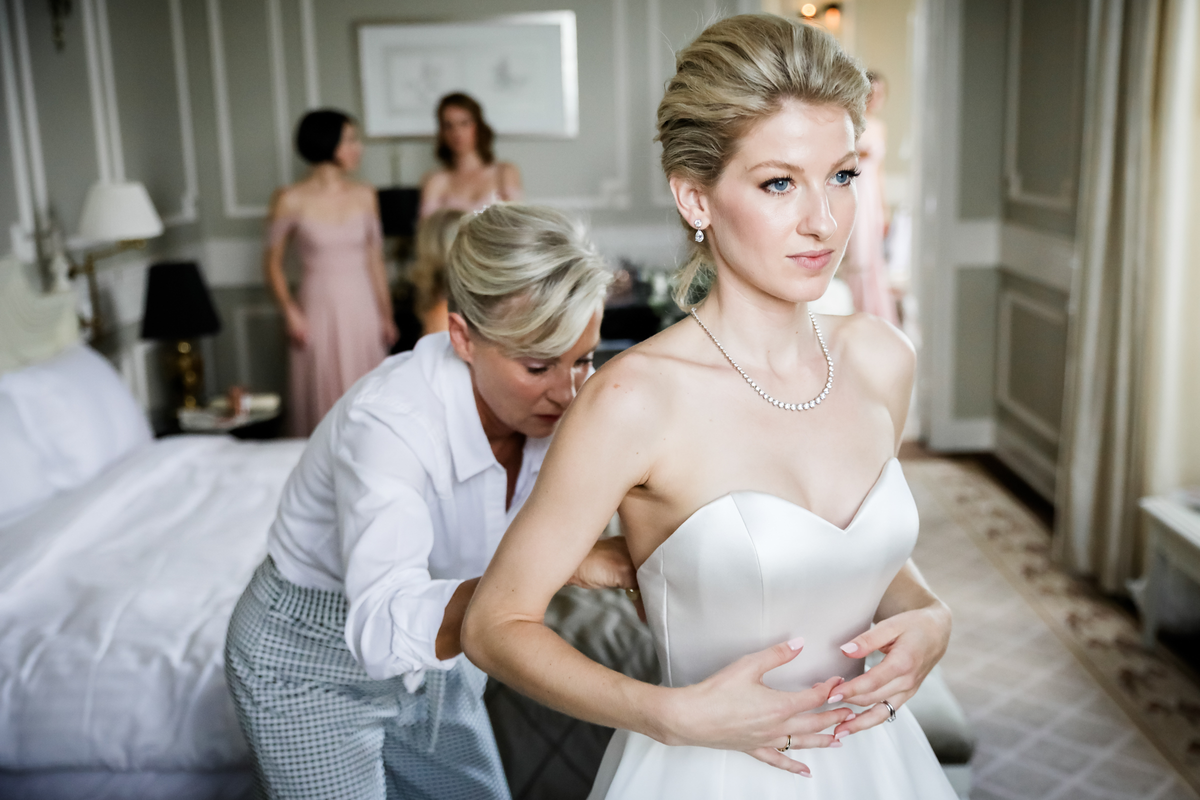 Bride getting ready - photo by Julien Laurent-Georges