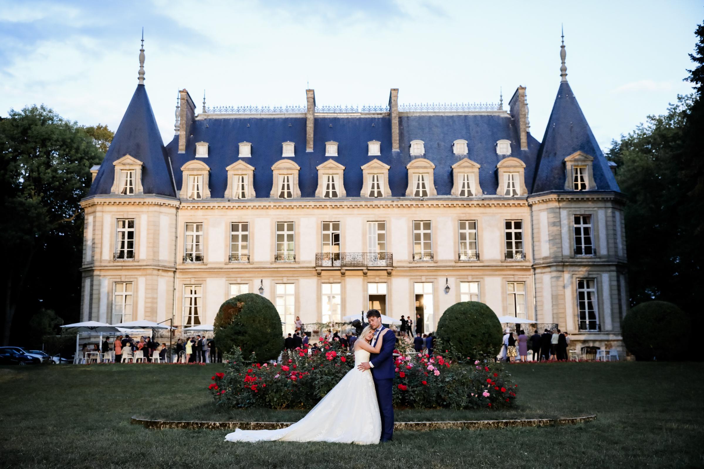 Couple against chateau - photo by Julien Laurent-Georges