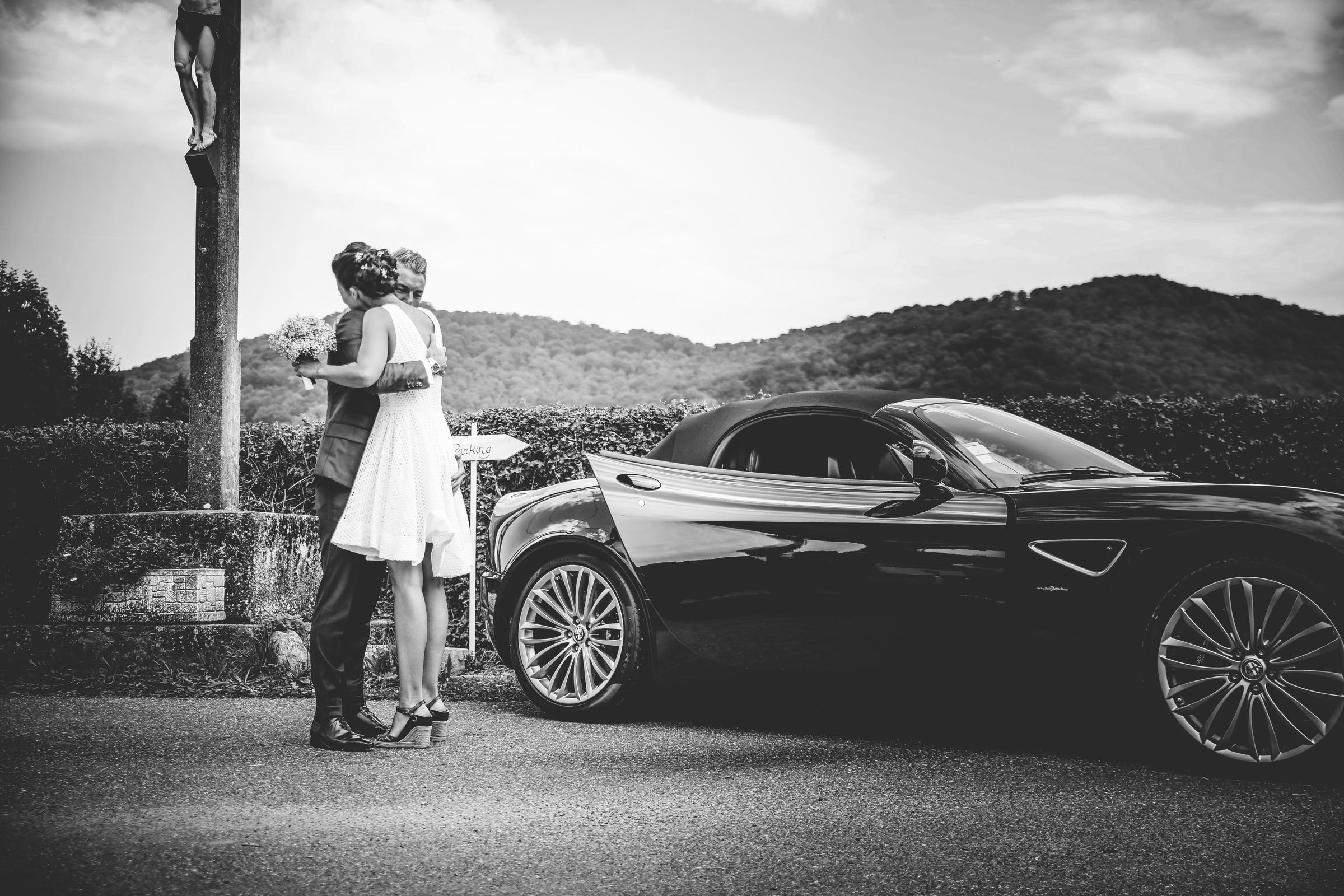 Couple by car - photo by Julien Laurent-Georges