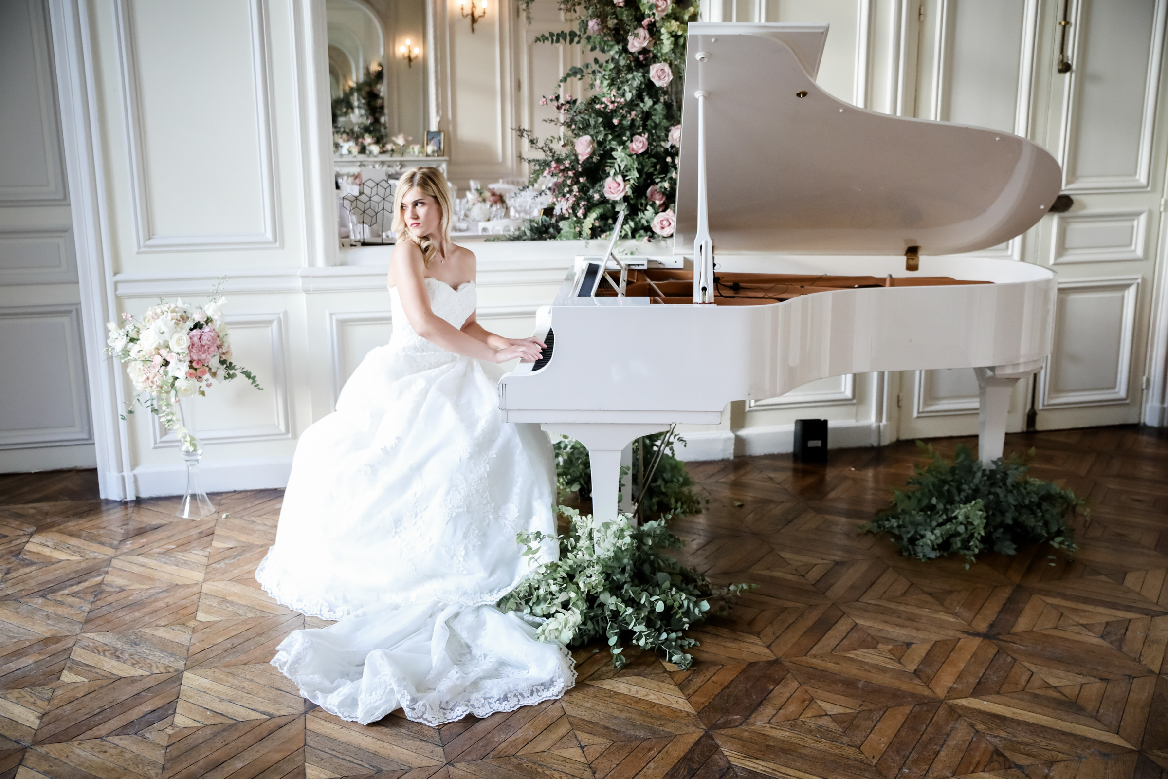 Bride at white grand piano- photo by Julien Laurent-Georges