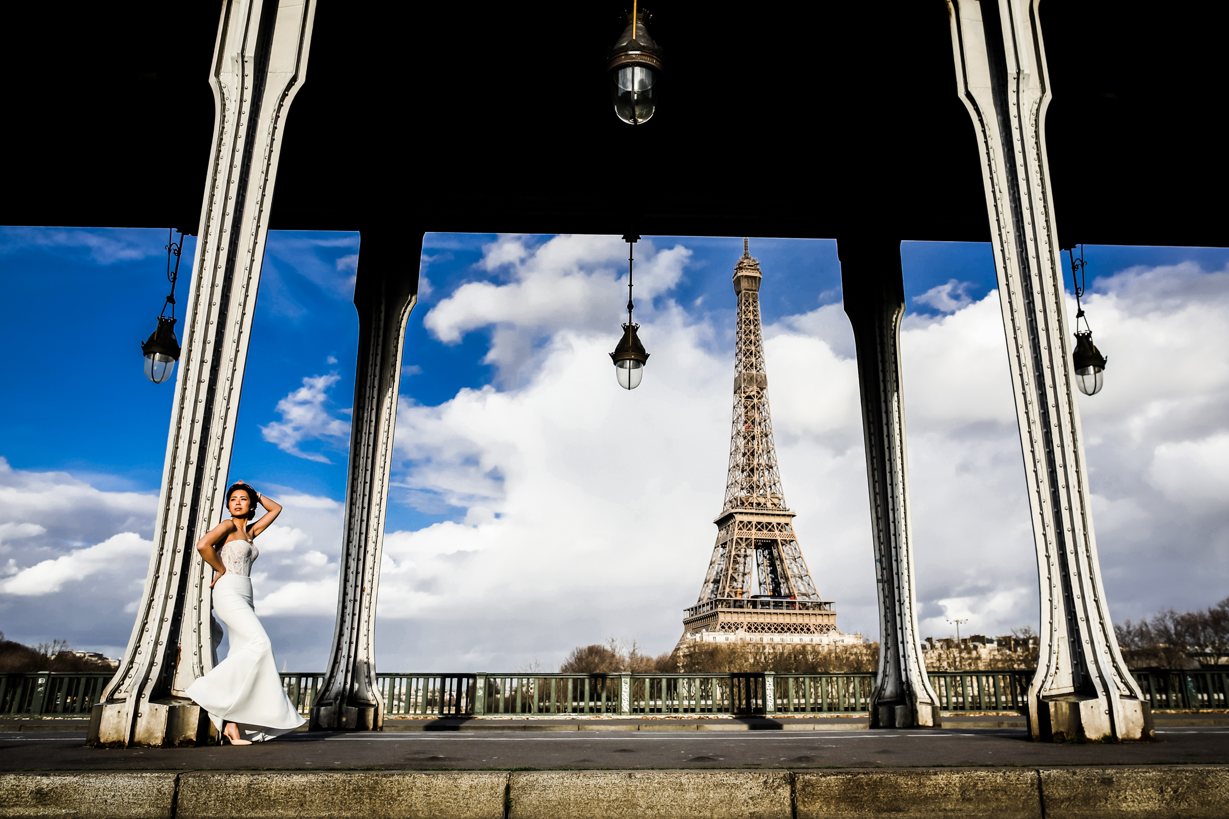 Elegant bride in strapless dress at the Eiffel Tower - photo by Julien Laurent-Georges