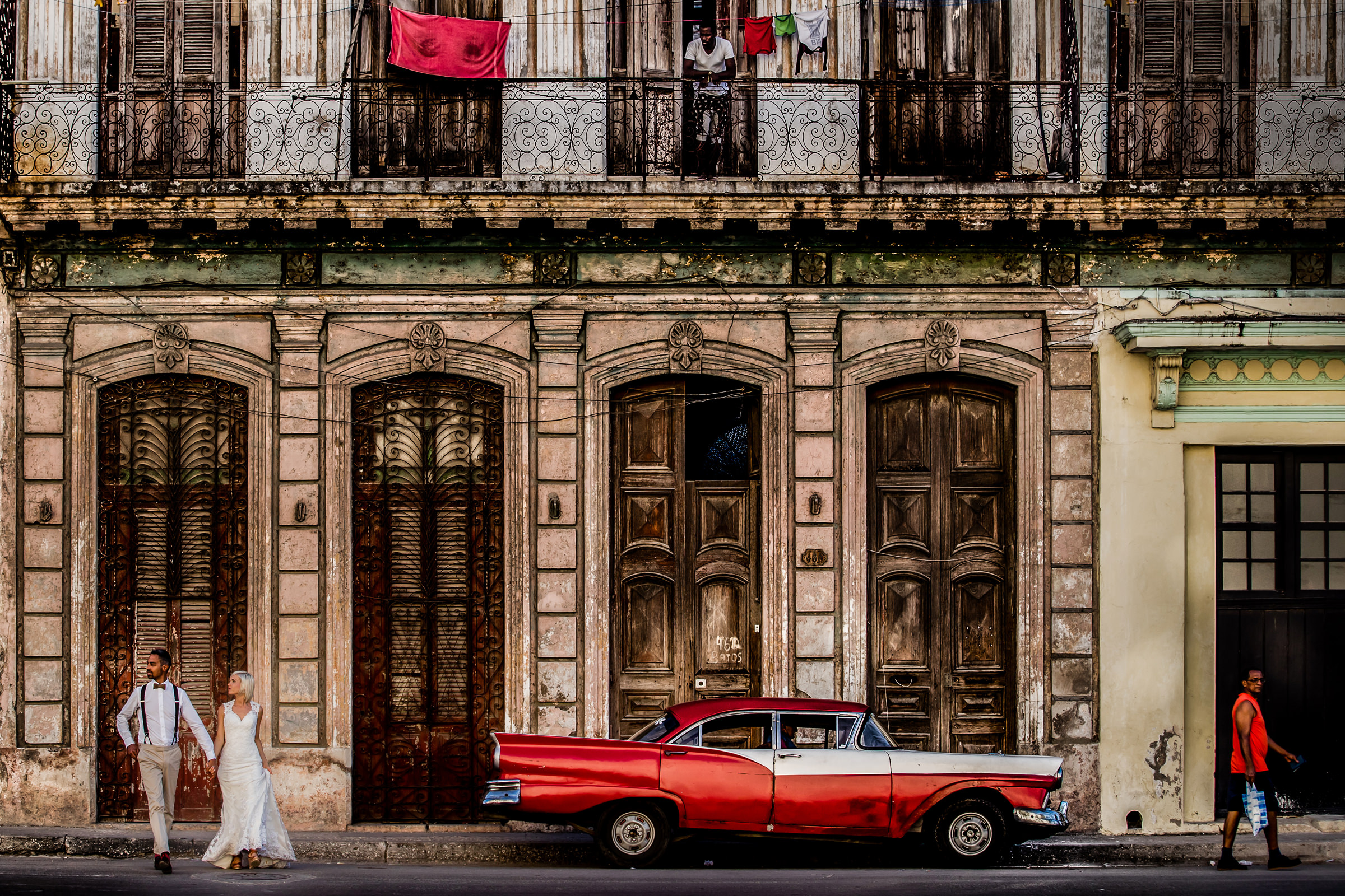 Couple in Cuba streetscape - photo by Eppel Photography