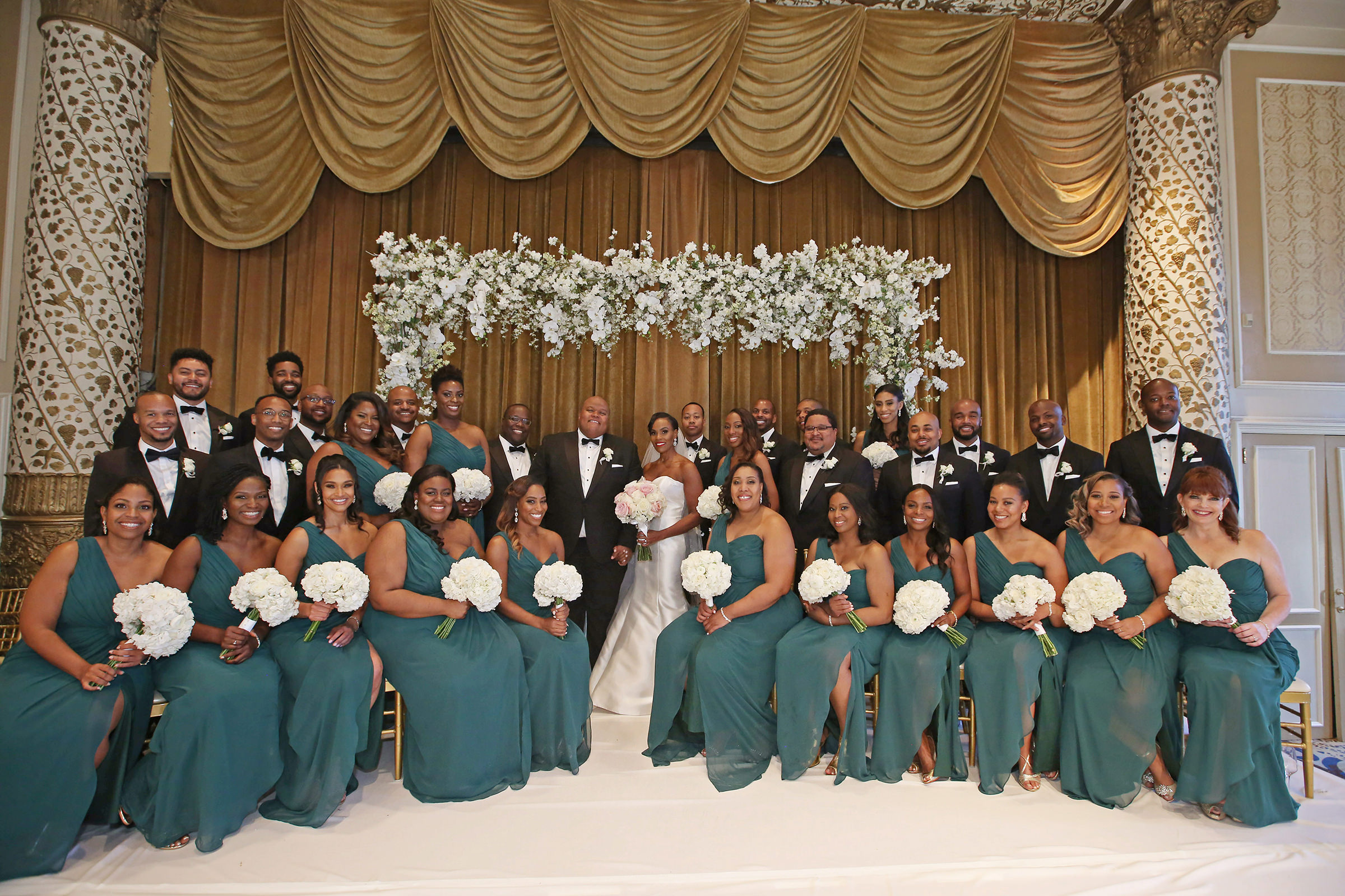 Large wedding party in teal and white - photo by Kenny Kim Photography