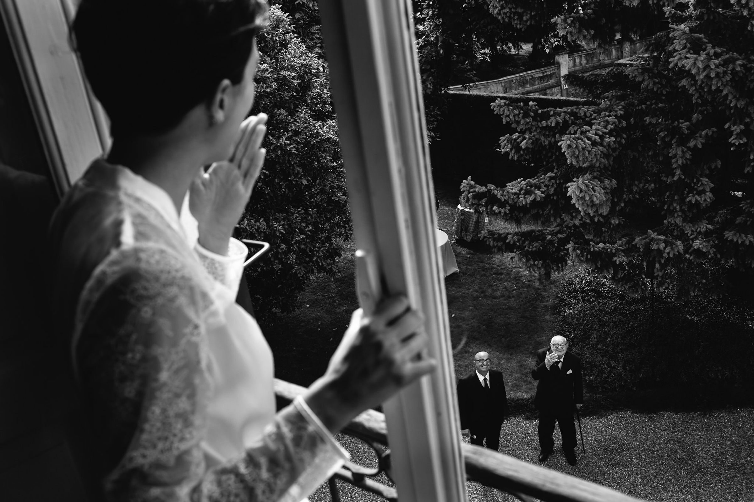 Bride blowing a kiss from the window - photo by Julian Kanz Photography