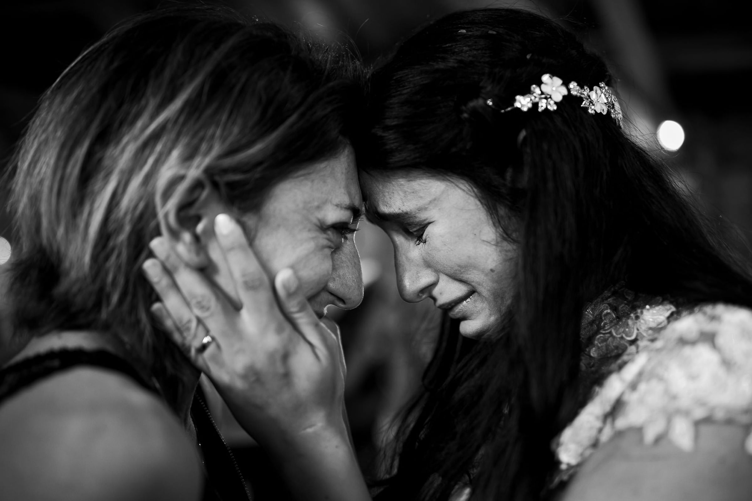 Emotional portrait of bride and mother - photo by Julian Kanz Photography