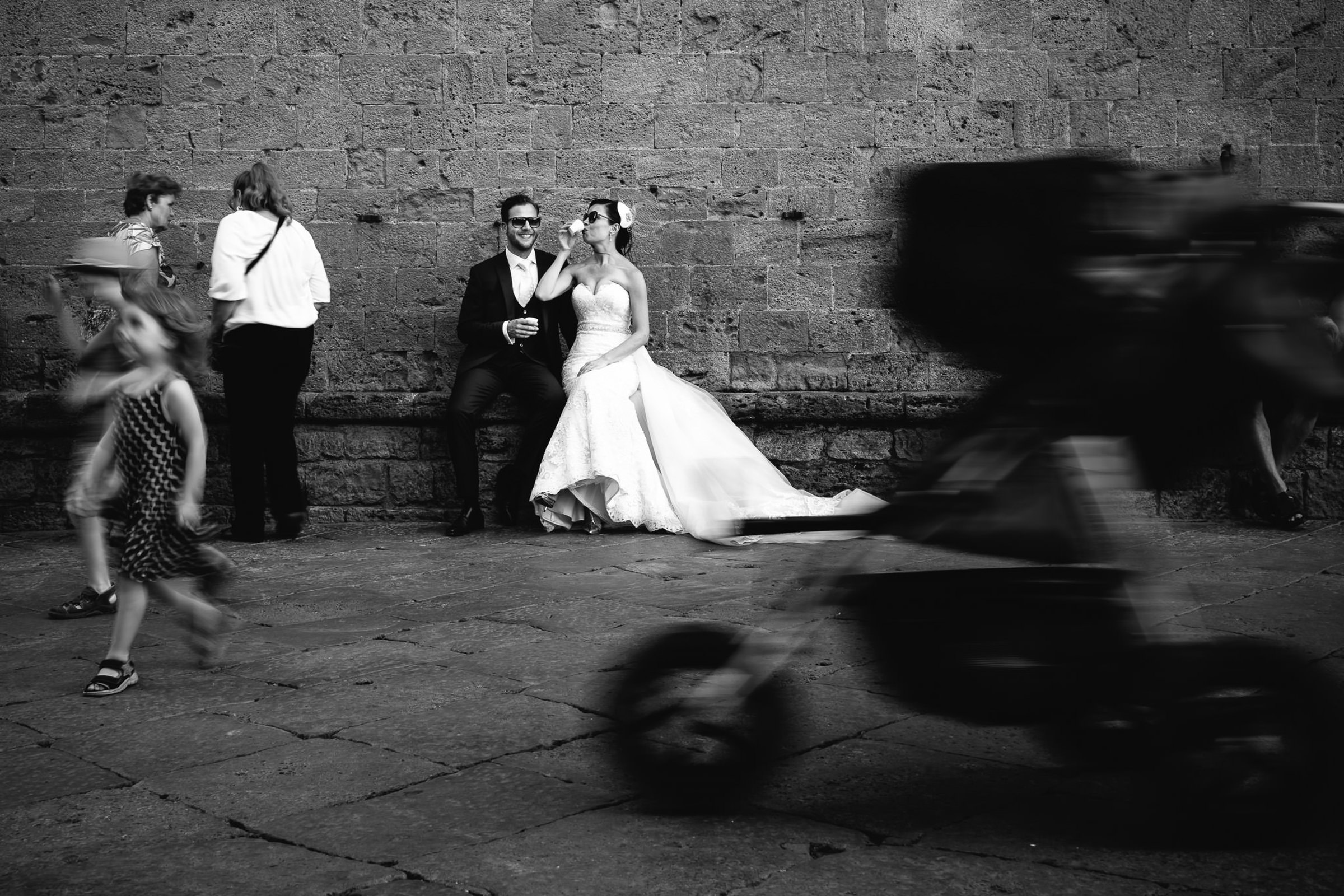 Italian street scene of couple - photo by Julian Kanz Photography