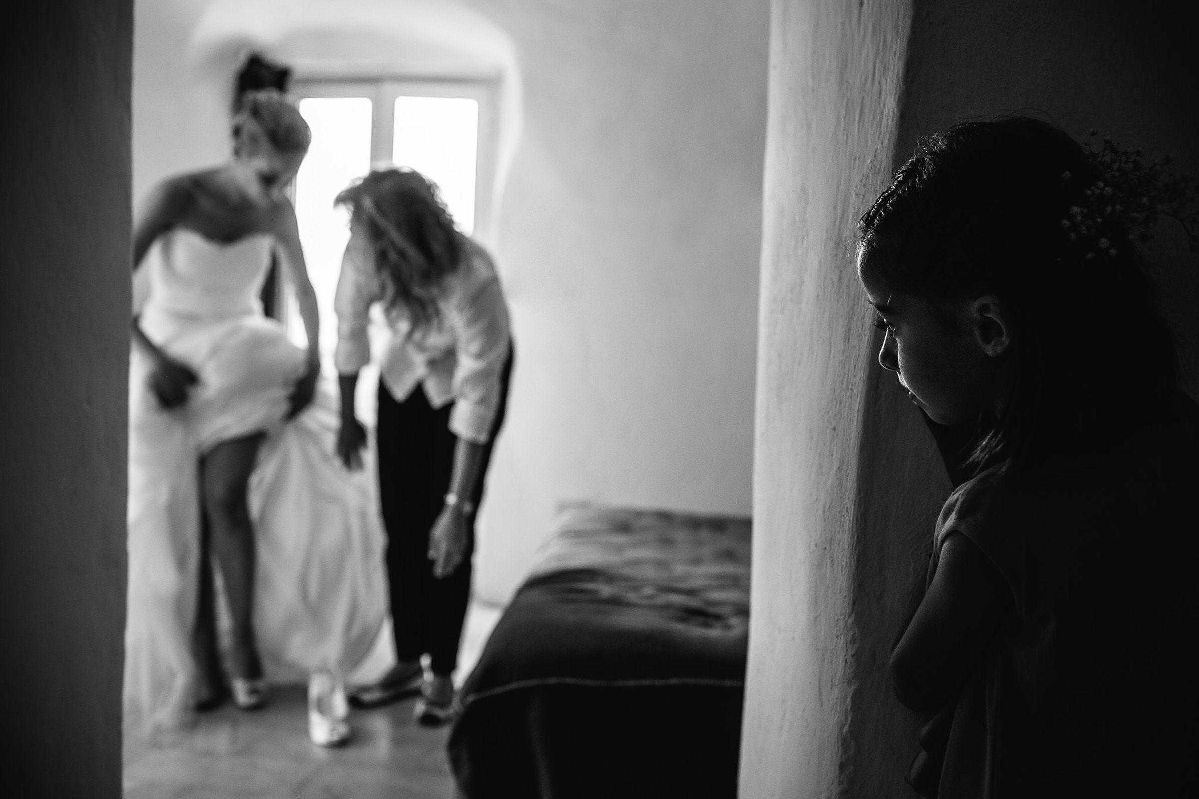 Little girl watches bride getting ready - photo by Julian Kanz Photography