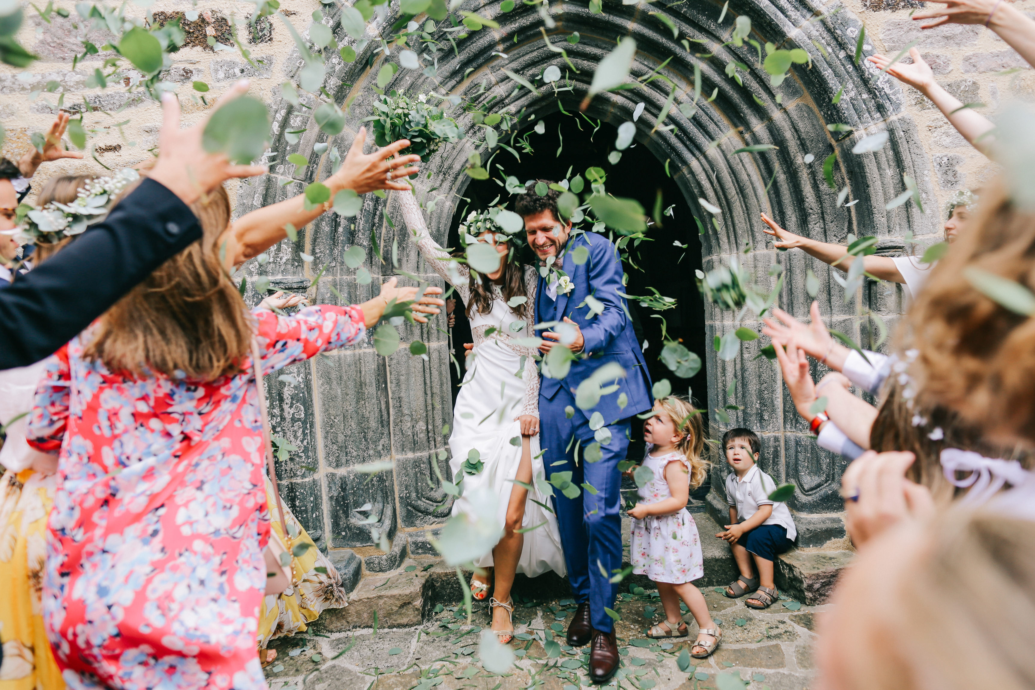 Couple under confetti of leaves with children - photo by Amandine Ropars