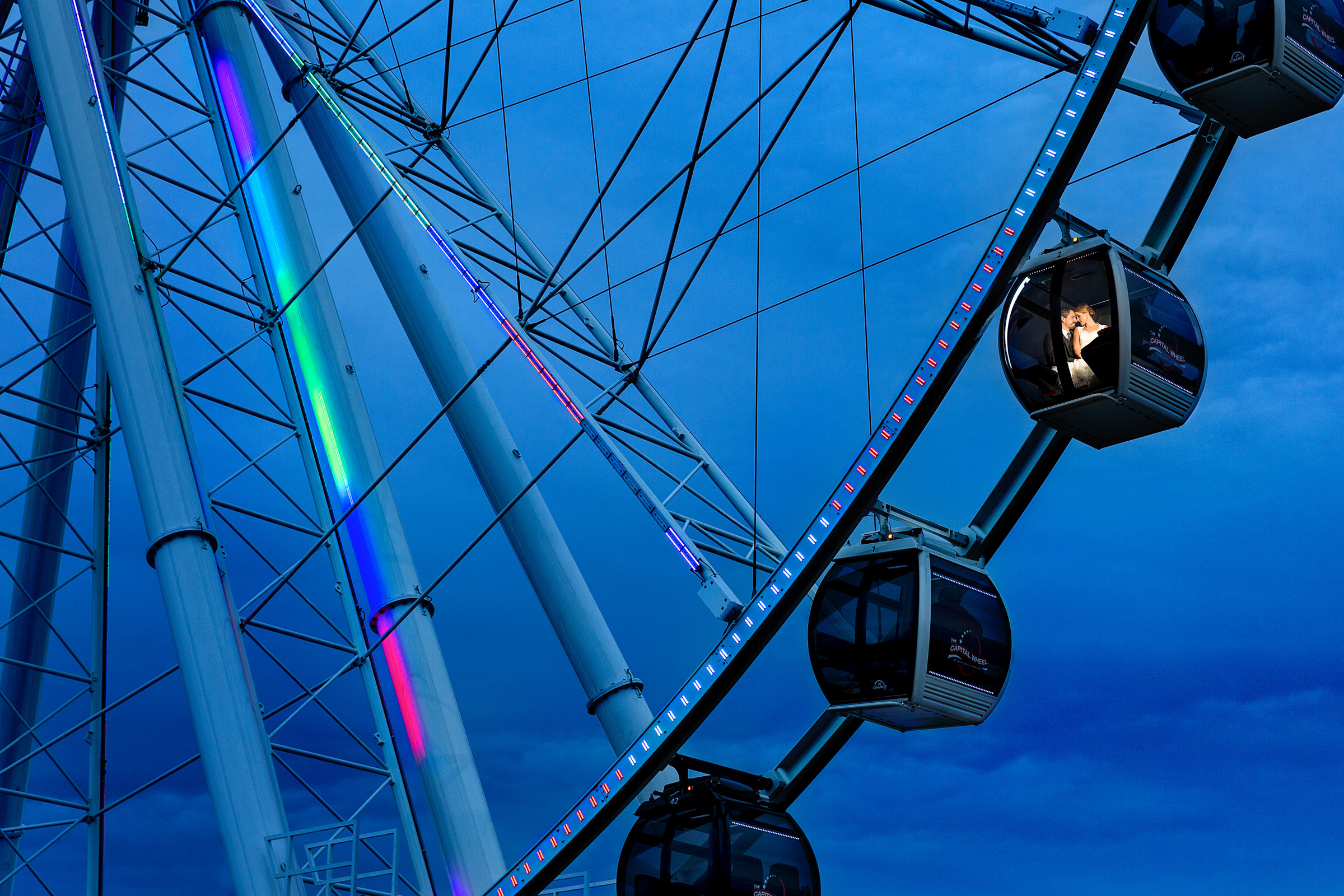 landscape portrait of couple in ferris wheel gondola - photo by Procopio Photography