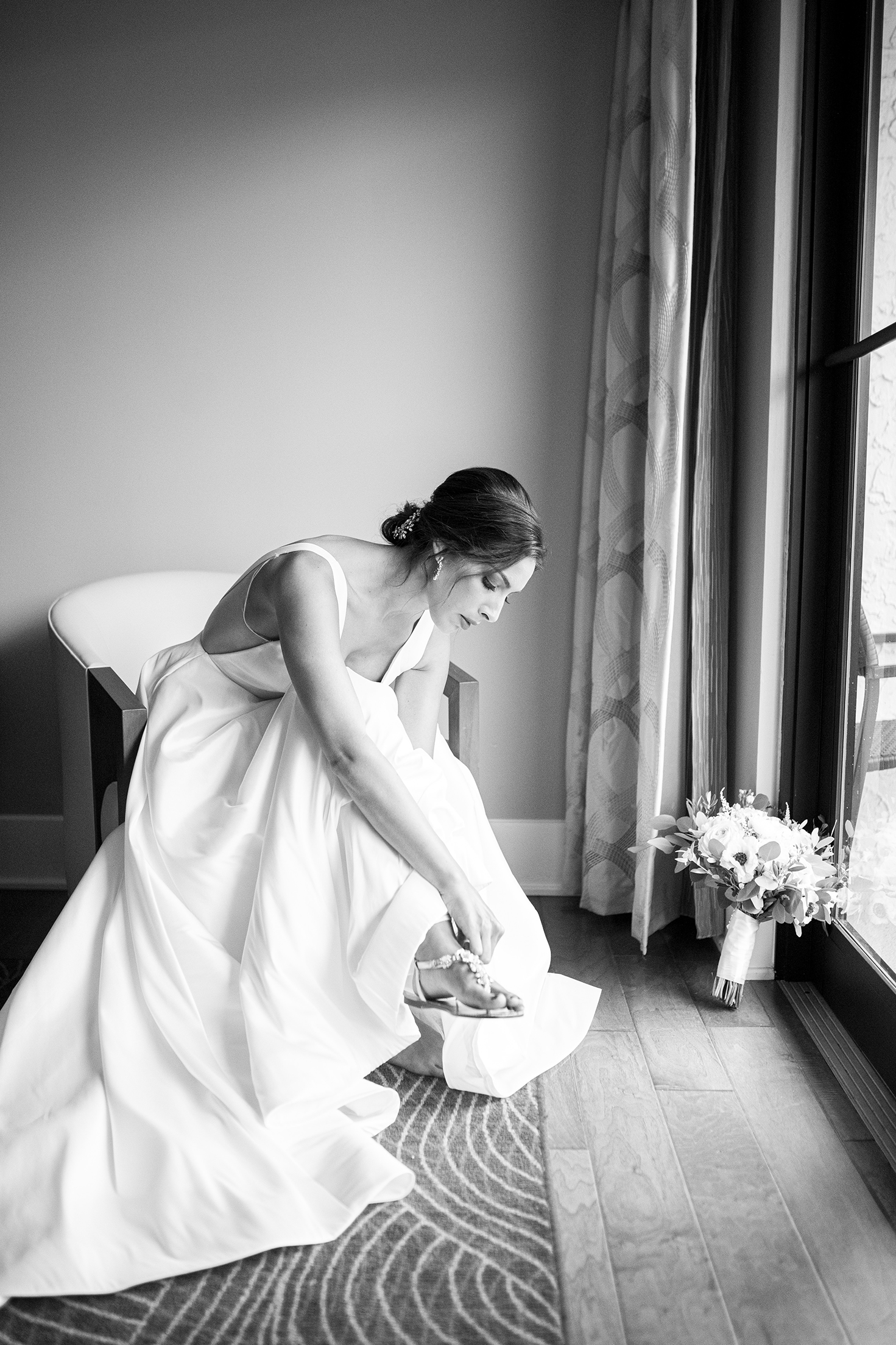 Bride putting on her shoes - photo by Anna Schmidt Photography