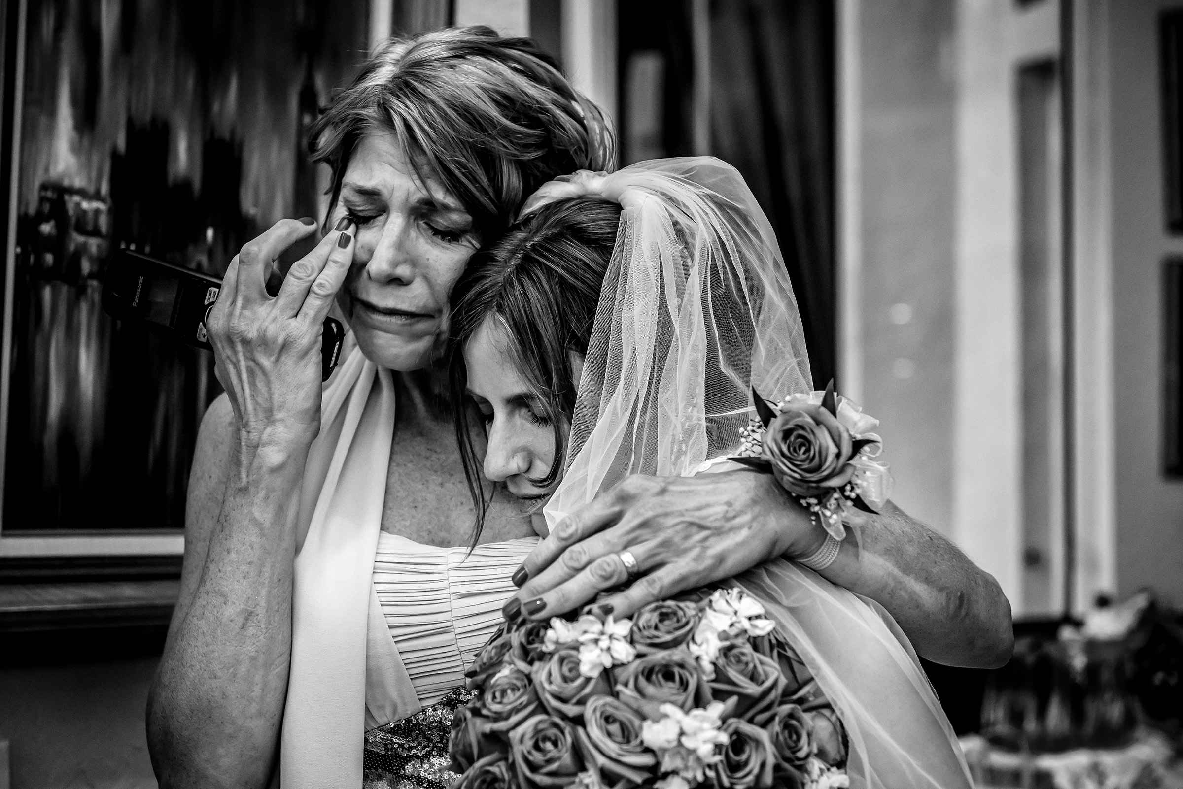 Emotional moment for mother of the bride - photo by Gloria Ruth Photography