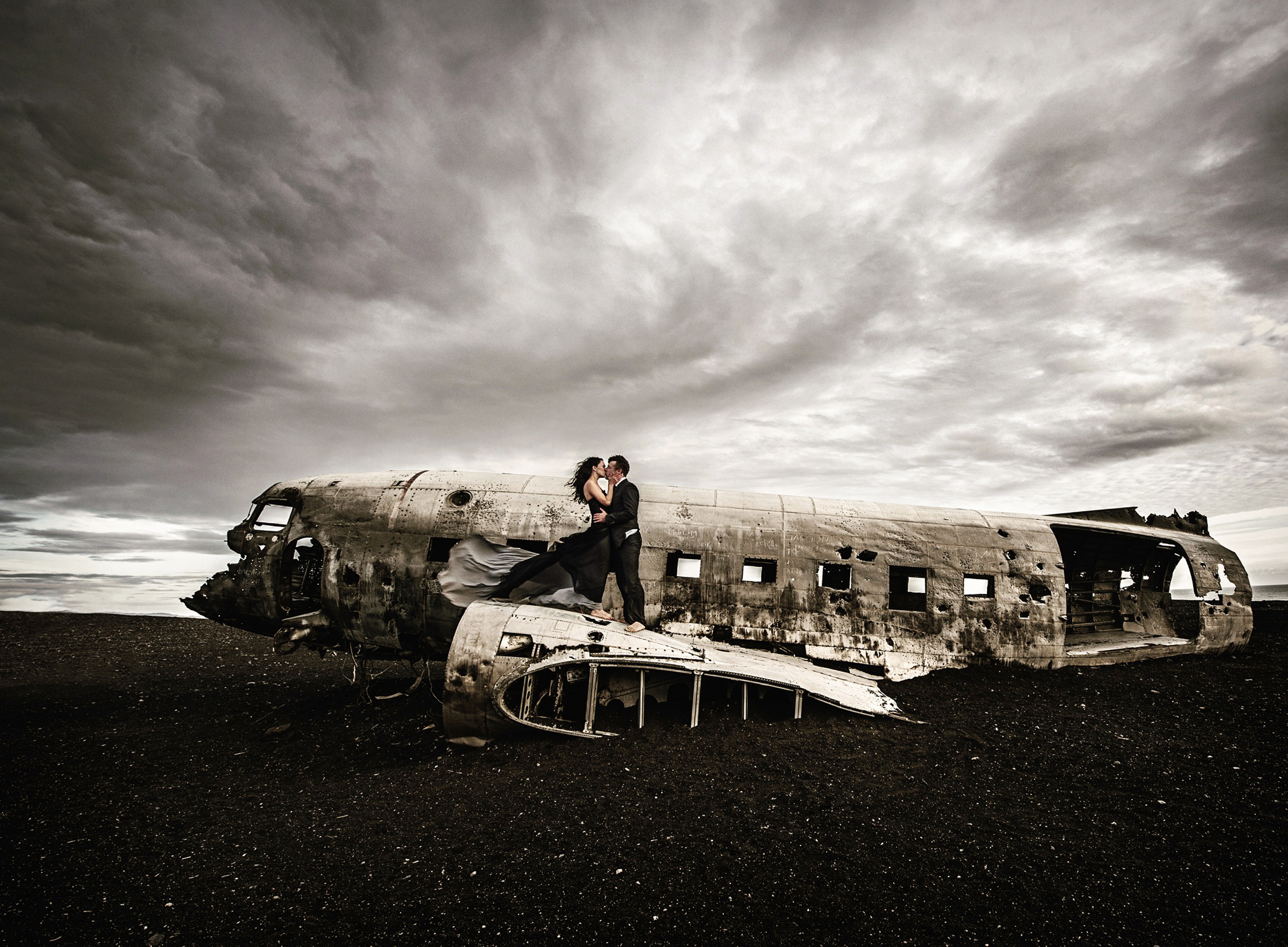 Couple kiss at plane wreck site - photo by Frøydis