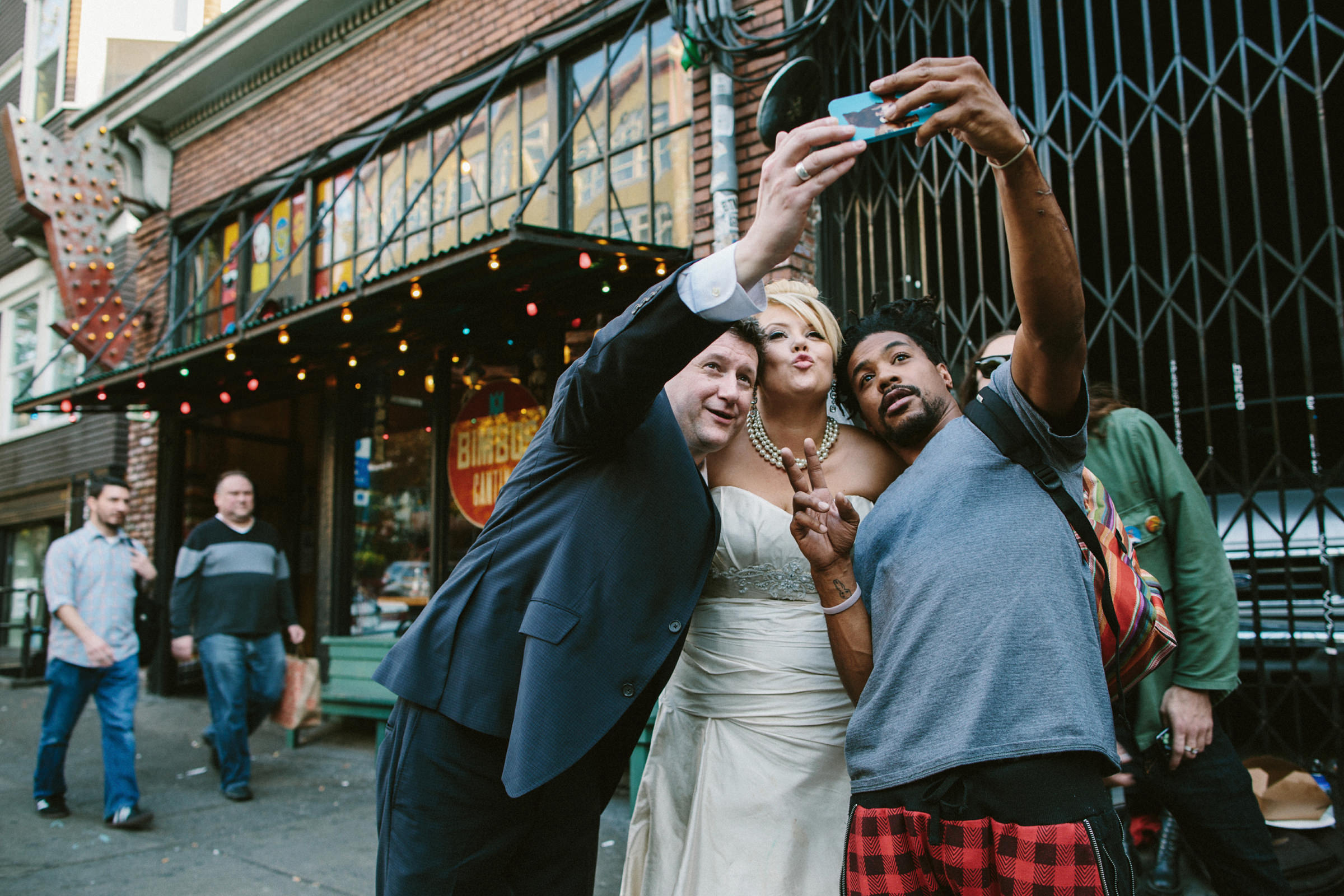 Couple taking selfie in Seattle with passerby - photo by Jonas Seaman Photography