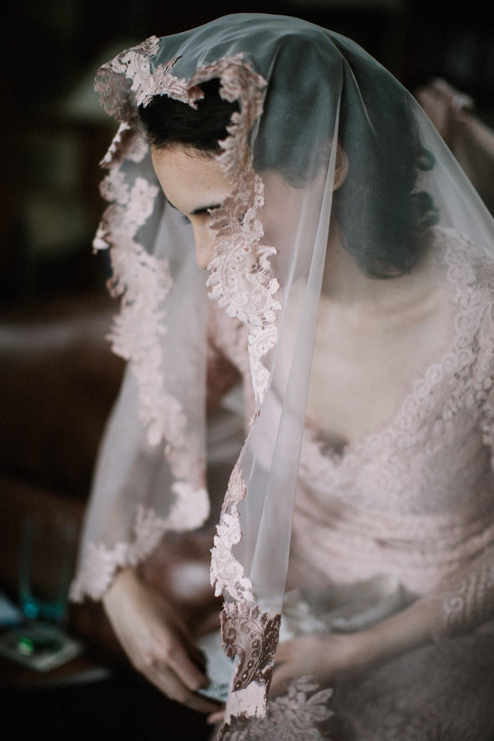Detail of veiled bride - photo by Jonas Seaman Photography