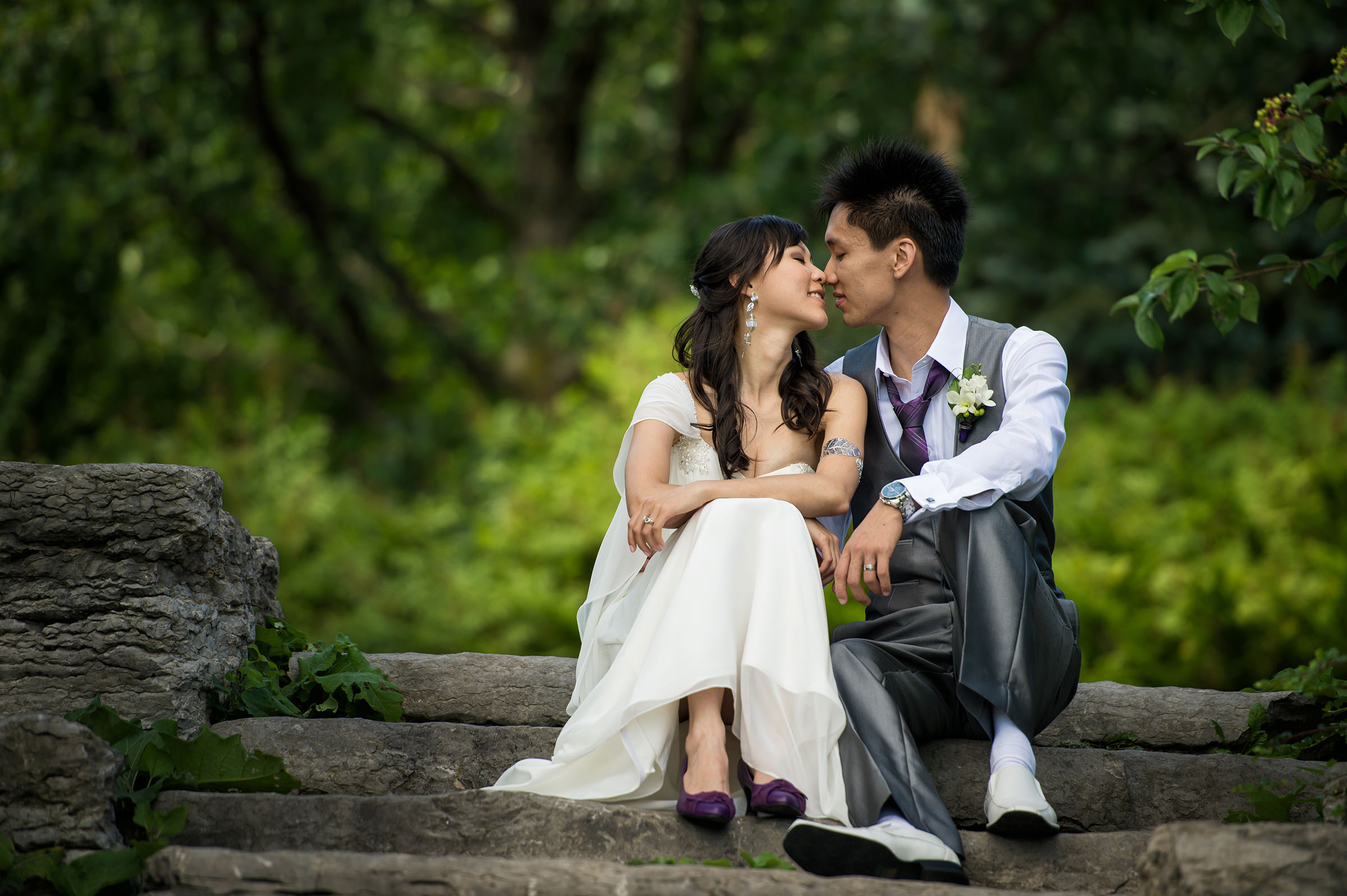 Kissing couple on stone steps - photo by David & Sherry Photography