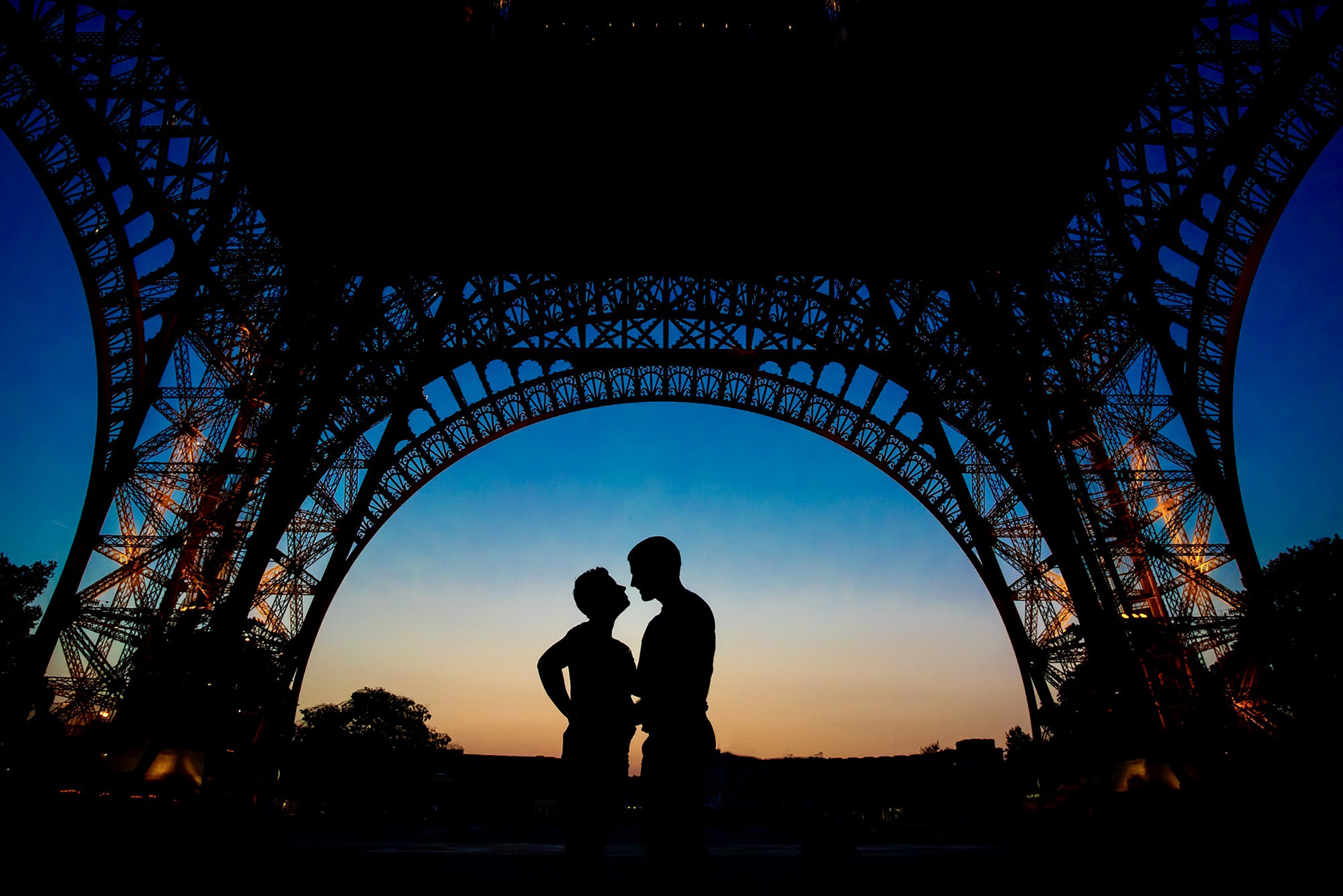 Silhouette couple under eiffel tower - photo by David & Sherry Photography