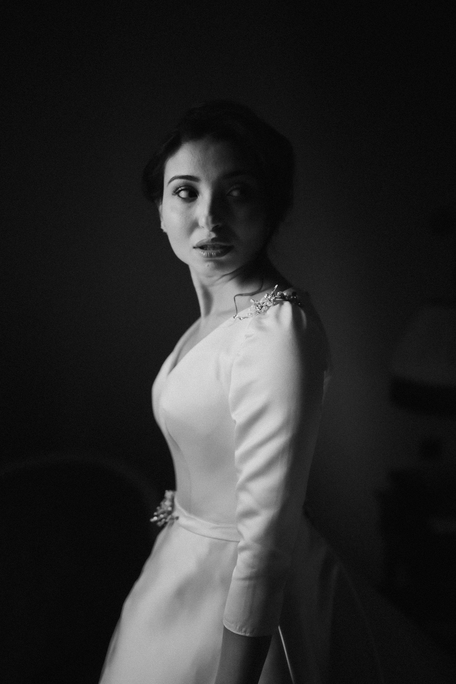 Elegant bride portrait - photo by Naomi van der Kraan