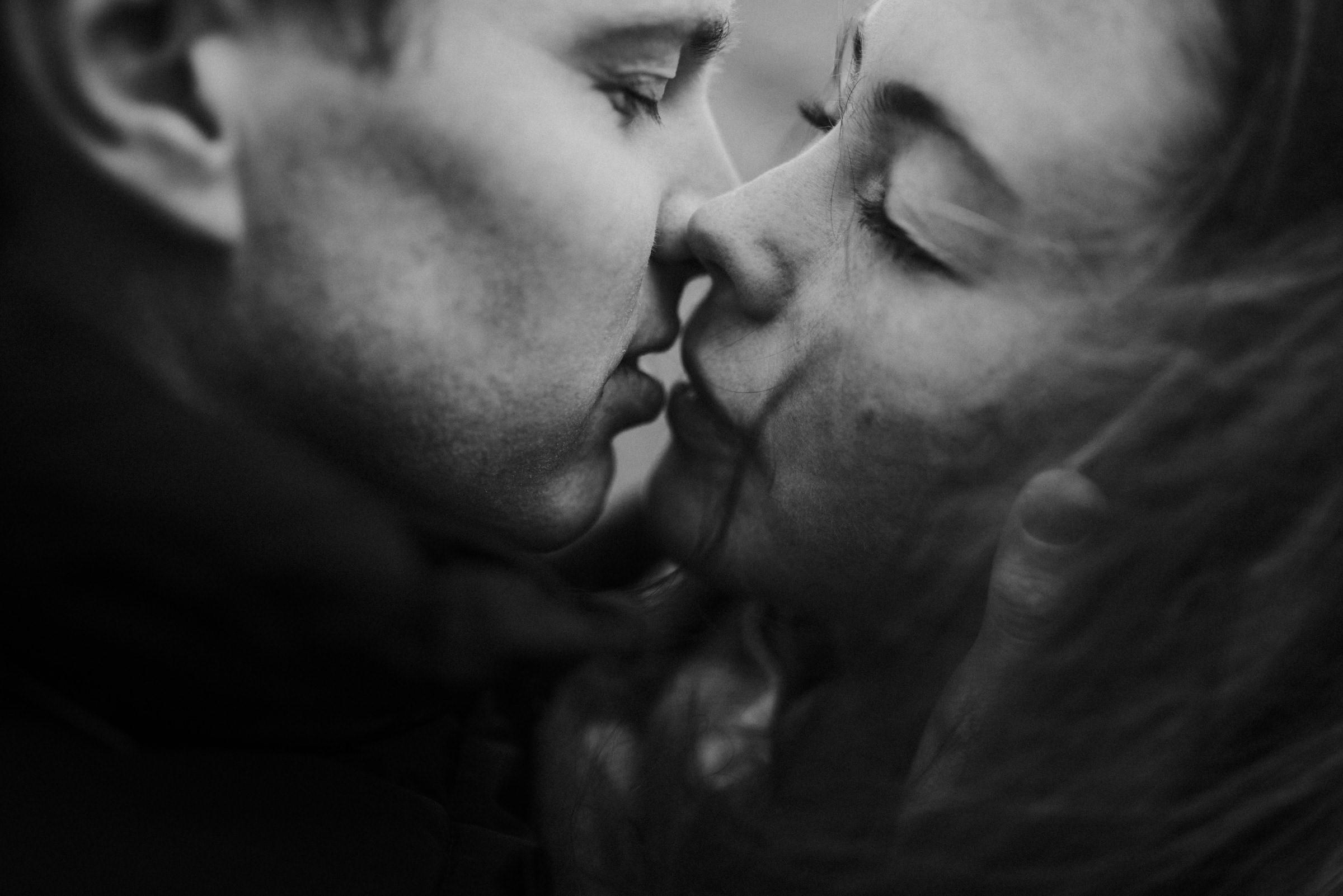 Closeup of couple kissing - photo by Naomi van der Kraan