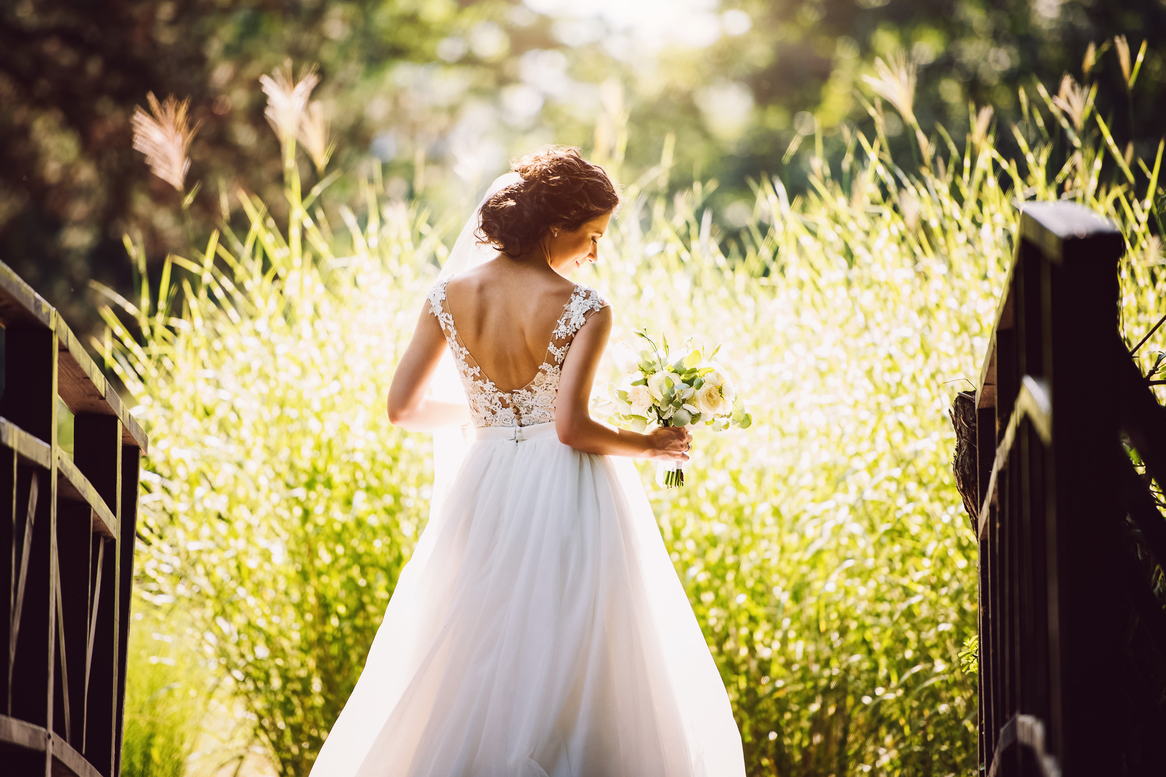 Bride against grasses - photo by Deliysky Studio
