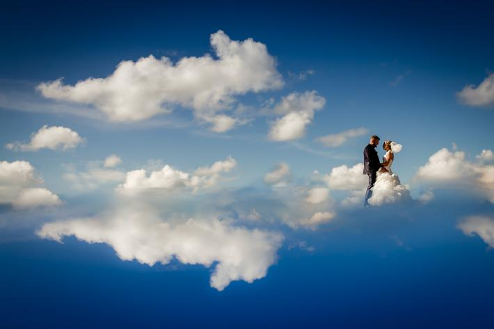 Portrait of couple walking on clouds by Ralf Czogallik - Eppel Photography
