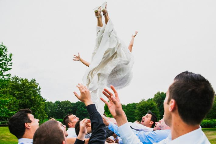 Groosmen throw bride in the air - photo by Philippe Swiggers