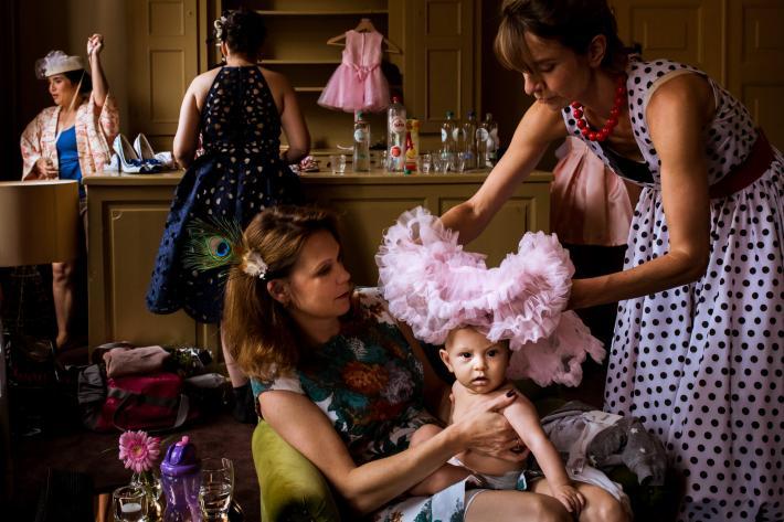 Mom-puts-tutu-over-flower-girls-head-worlds-best-wedding-photos-fotobelle