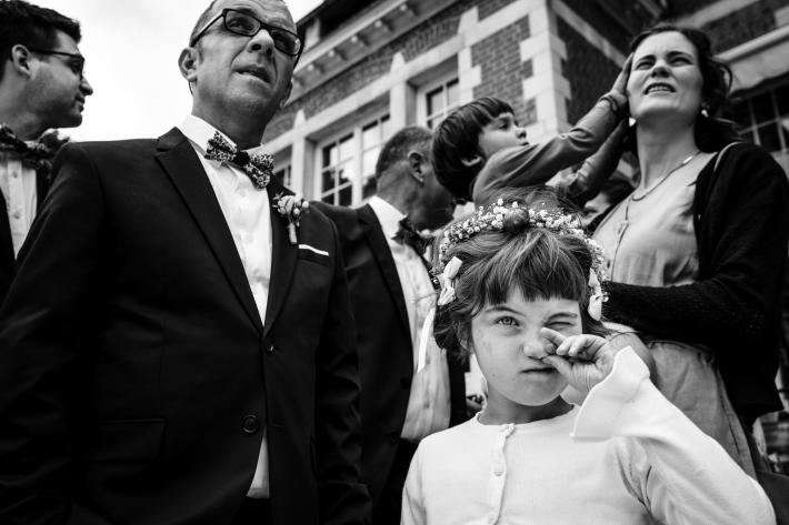 little-bridesmaid-picks-her-nose-worlds-best-wedding-photos-yves-schepers-belgium-wedding-photographers